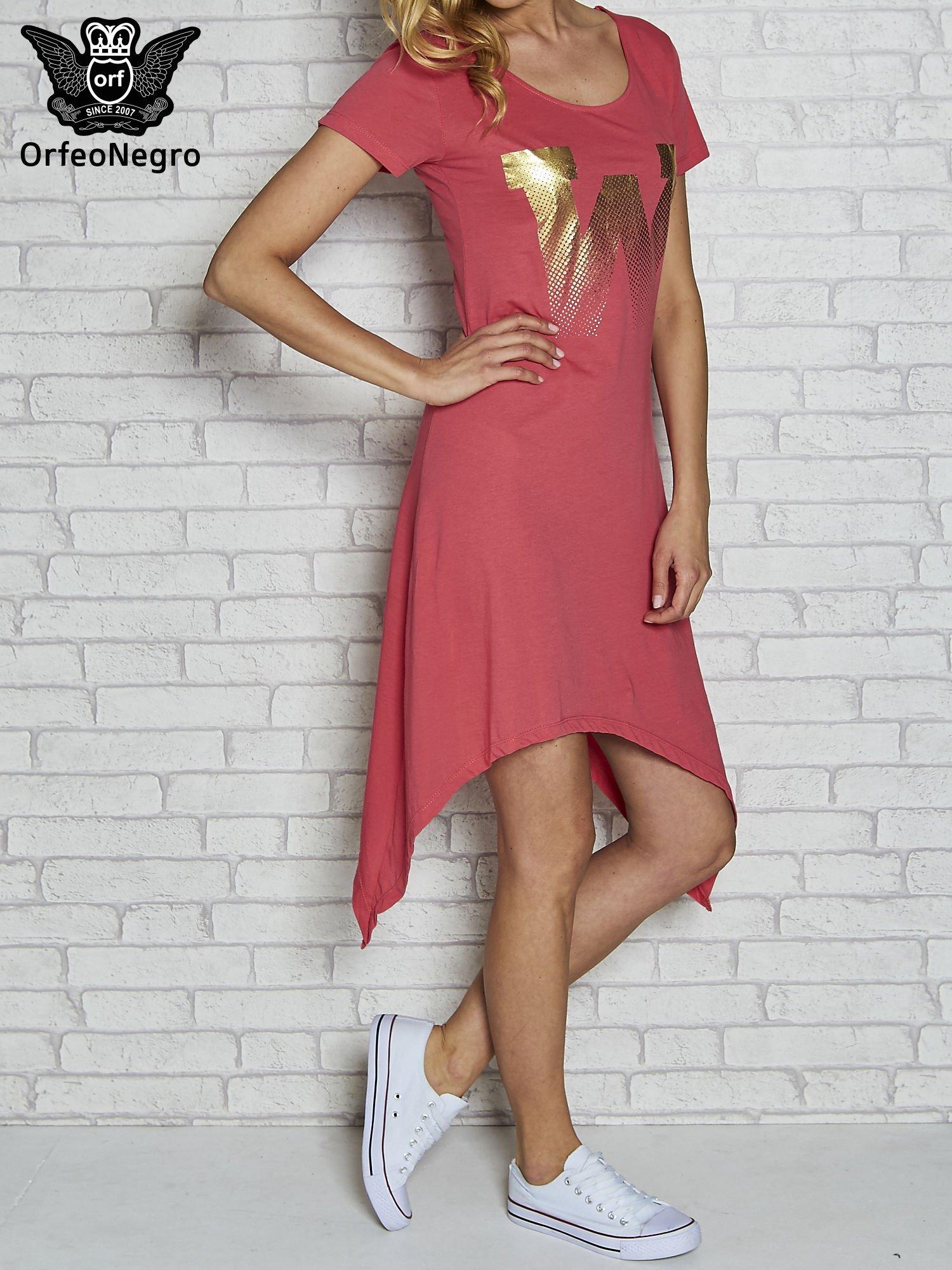 Różowa sukienka z asymetrycznymi bokami i złotą literą W                                  zdj.                                  3