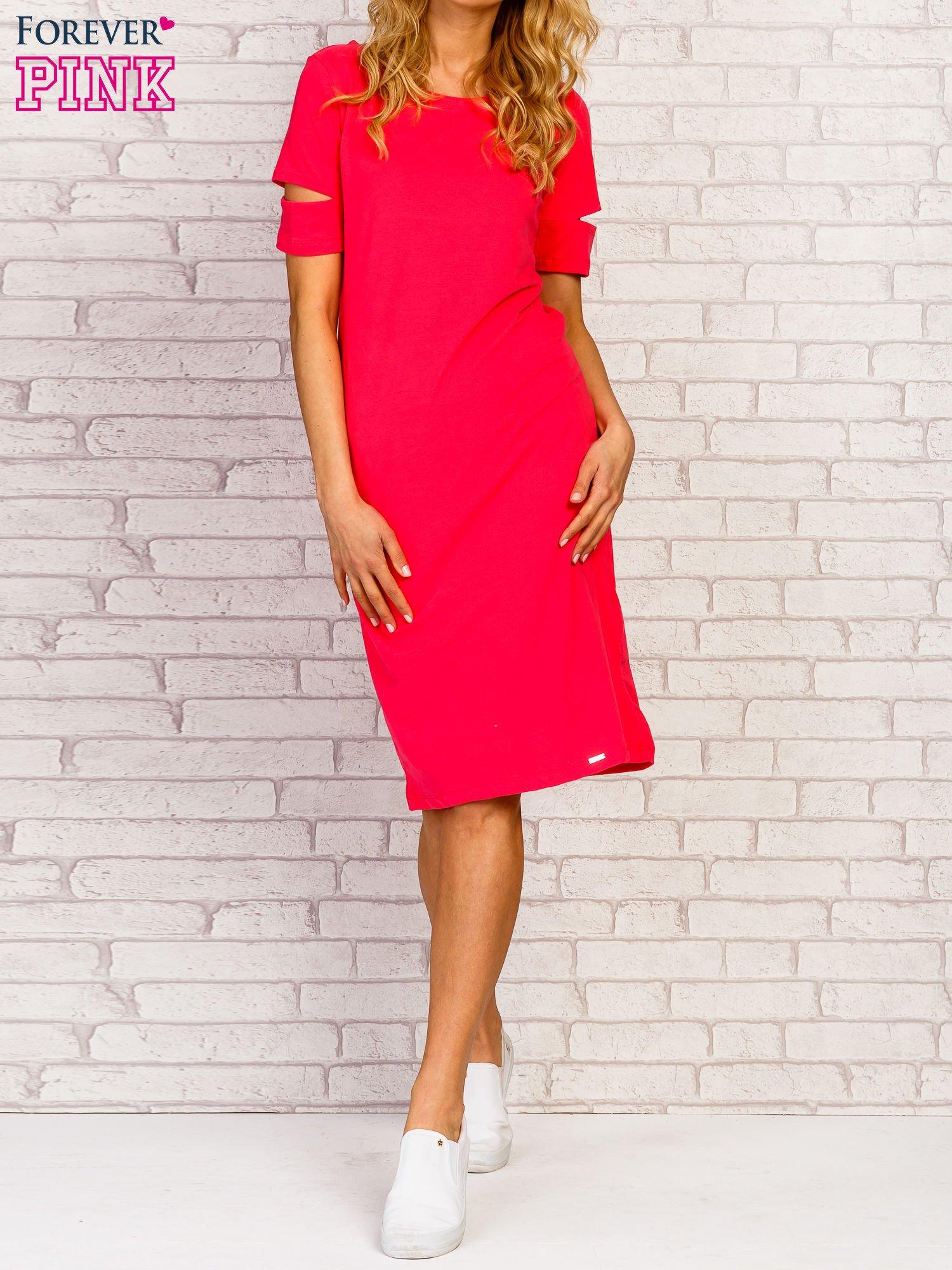 Różowa sukienka z rozcięciami na rękawach                                  zdj.                                  4