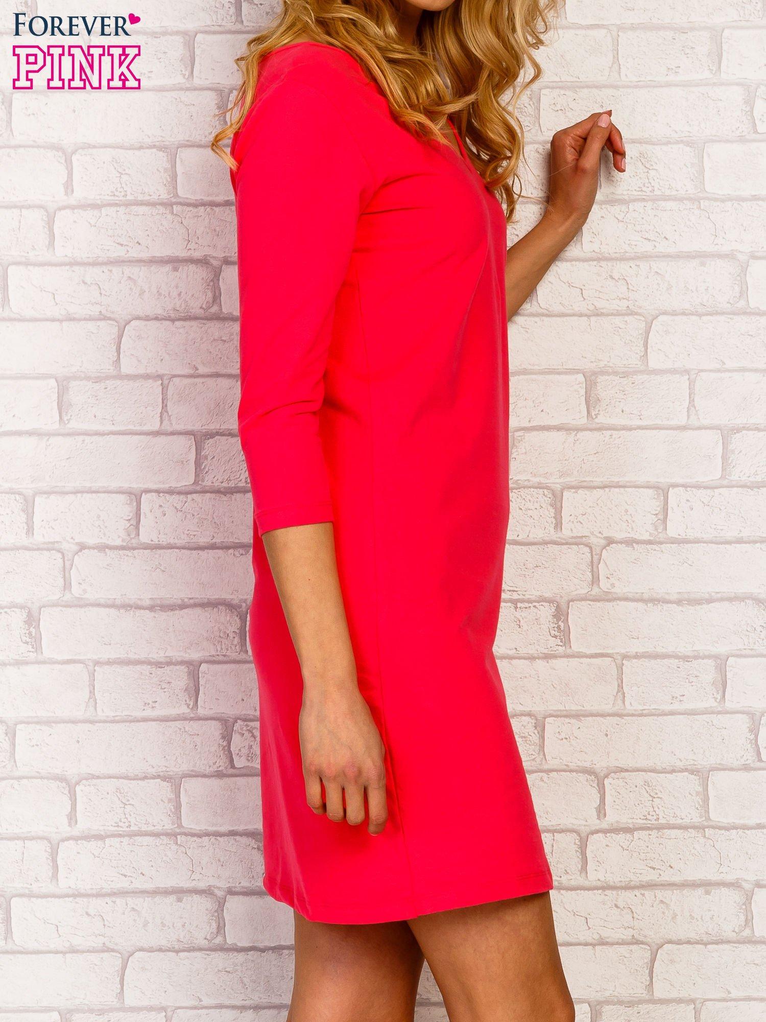 Różowa sukienka z trójkątnym dekoltem                                  zdj.                                  4