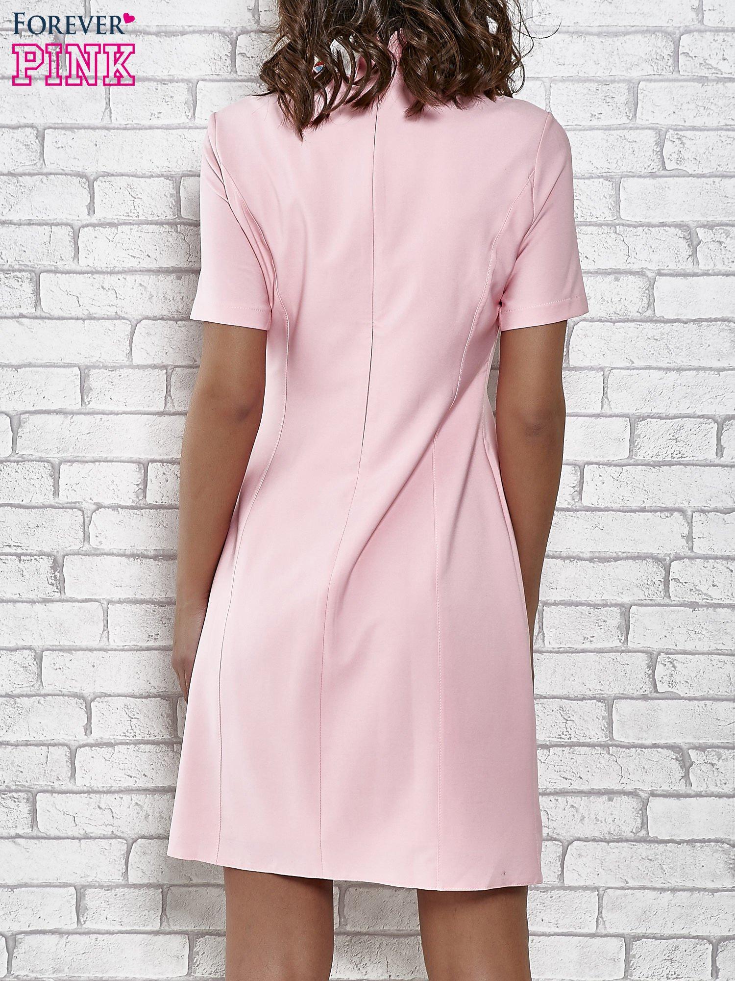 Różowa sukienka z wyszywanym kołnierzem                                  zdj.                                  4