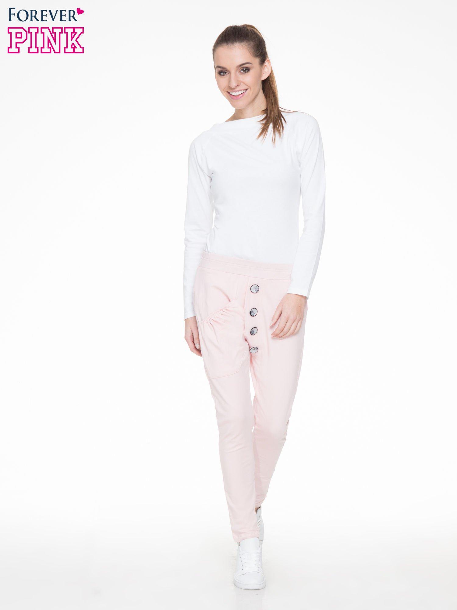 Różowe dresowe spodnie baggy z guzikami i ozdobnymi kieszonkami                                  zdj.                                  2