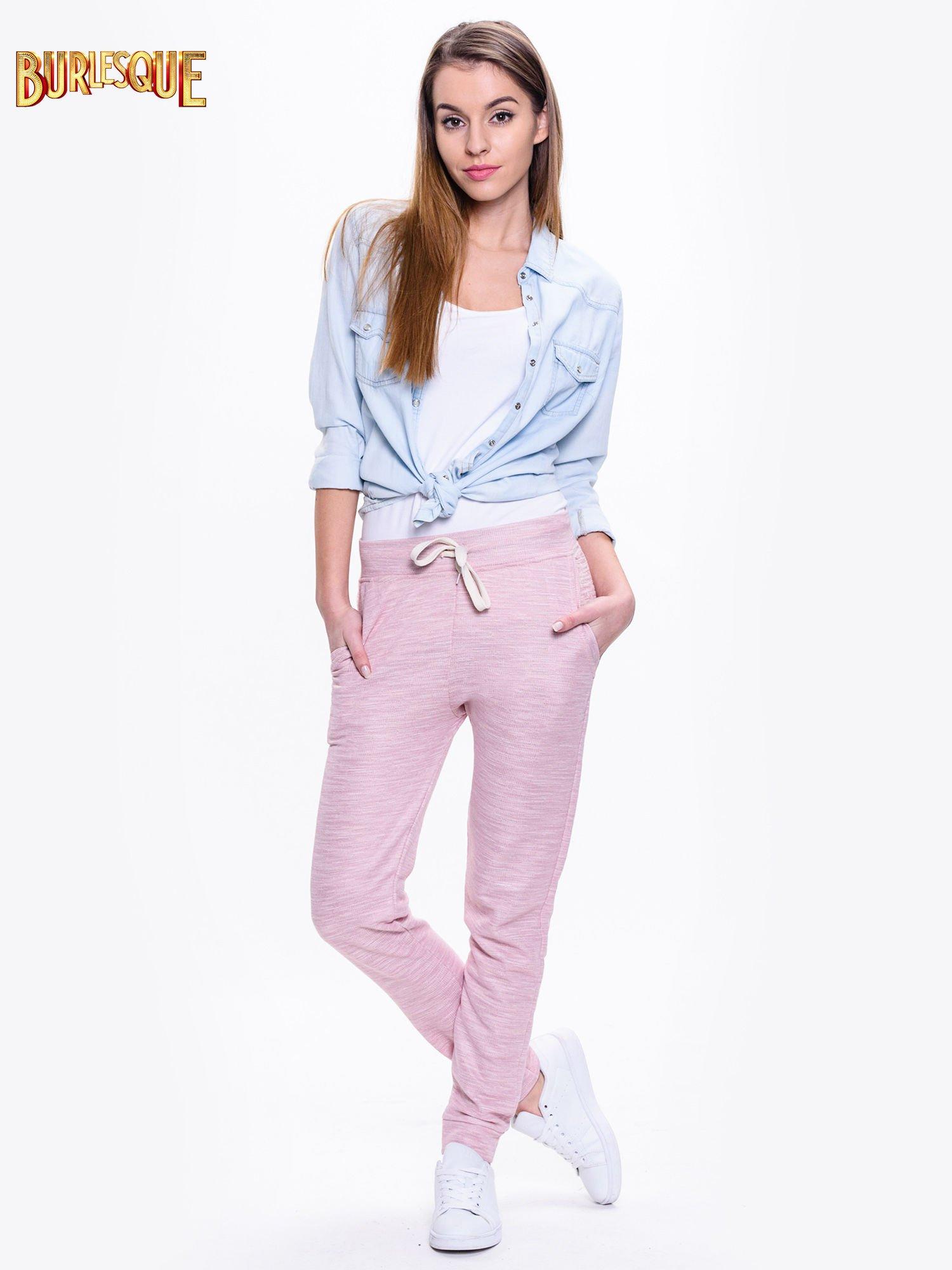Różowe dresowe spodnie damskie o kroju baggy                                  zdj.                                  2