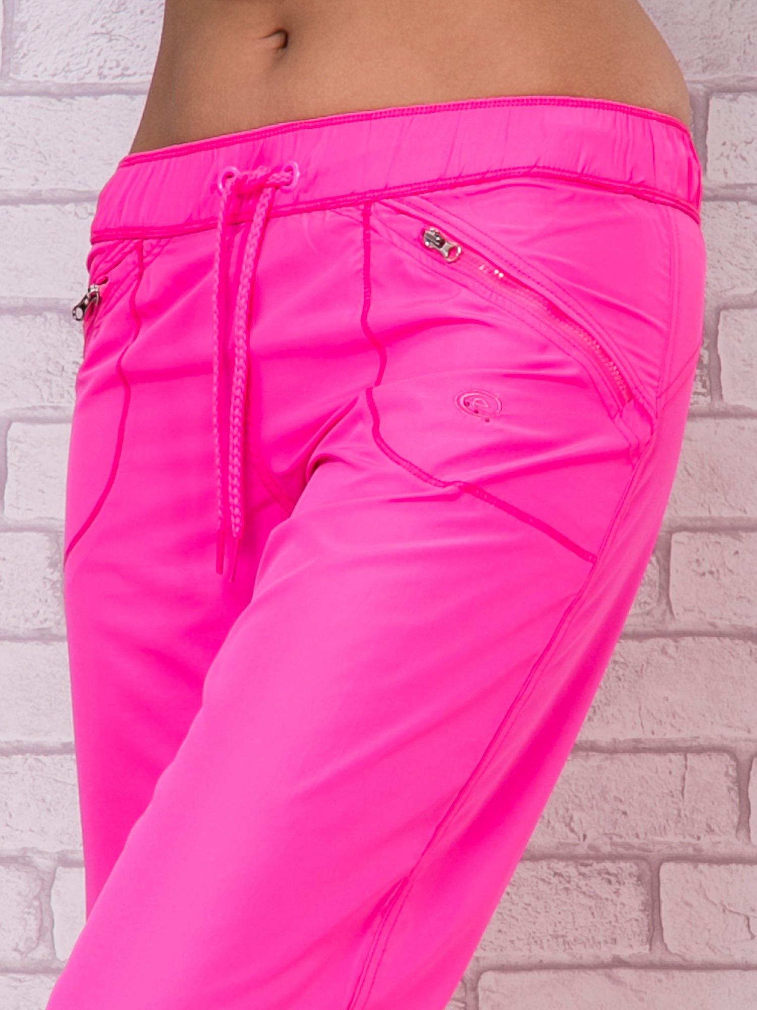 Różowe spodnie sportowe capri z wiązaniem                                  zdj.                                  2