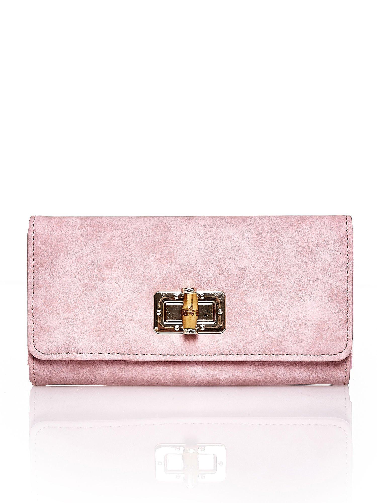 Różowy fakturowany portfel ze stylizowanym zapięciem                                   zdj.                                  1