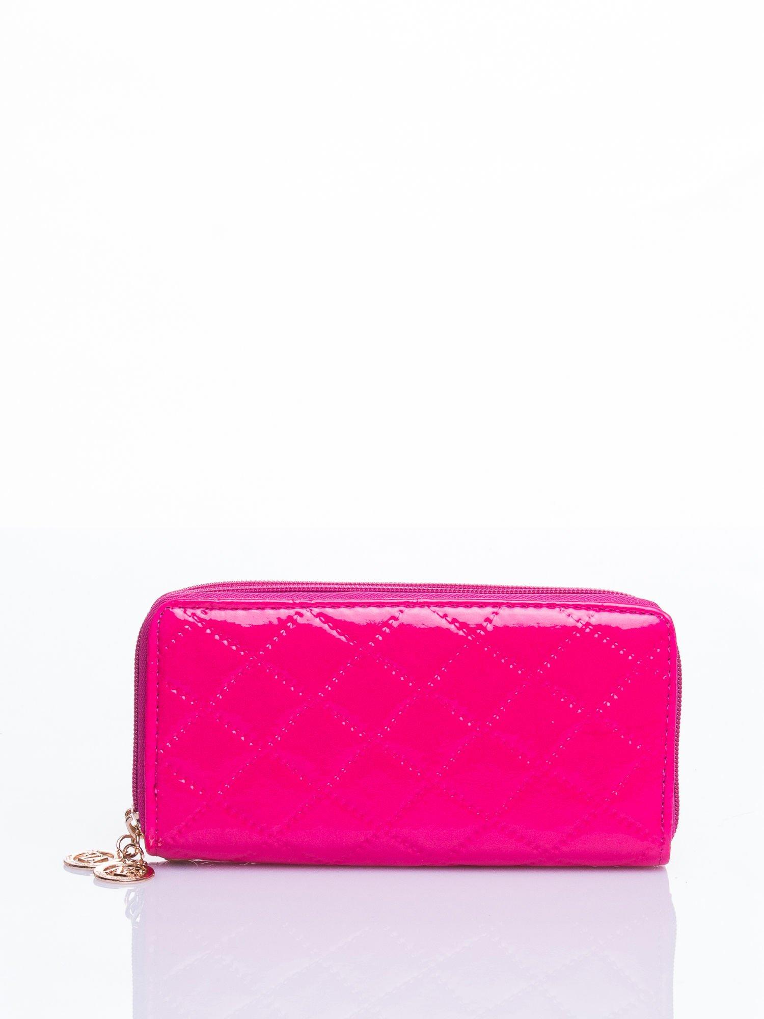 Różowy lakierowany pikowany portfel                                  zdj.                                  3
