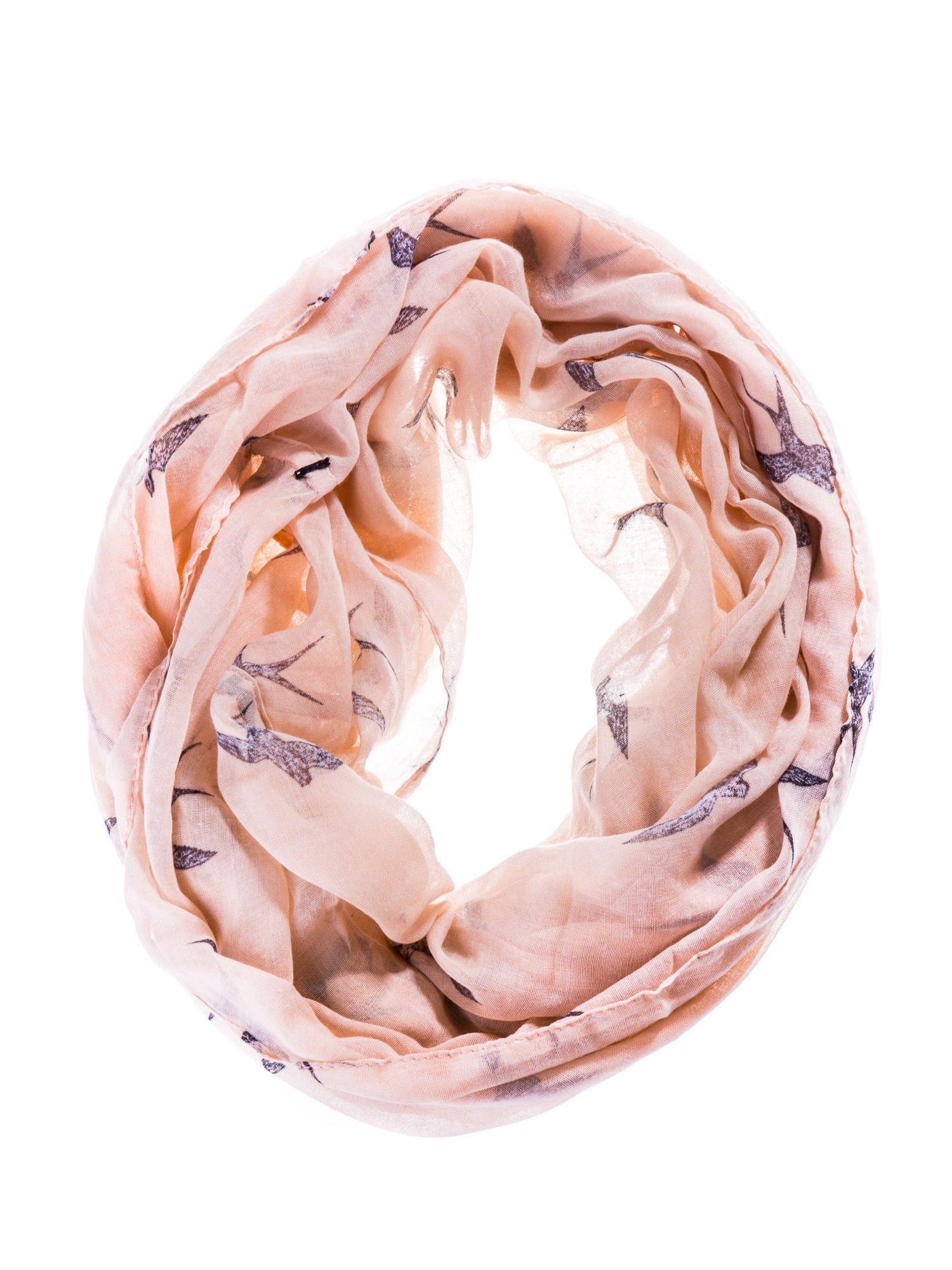 Różowy szal w jaskółki                                  zdj.                                  2