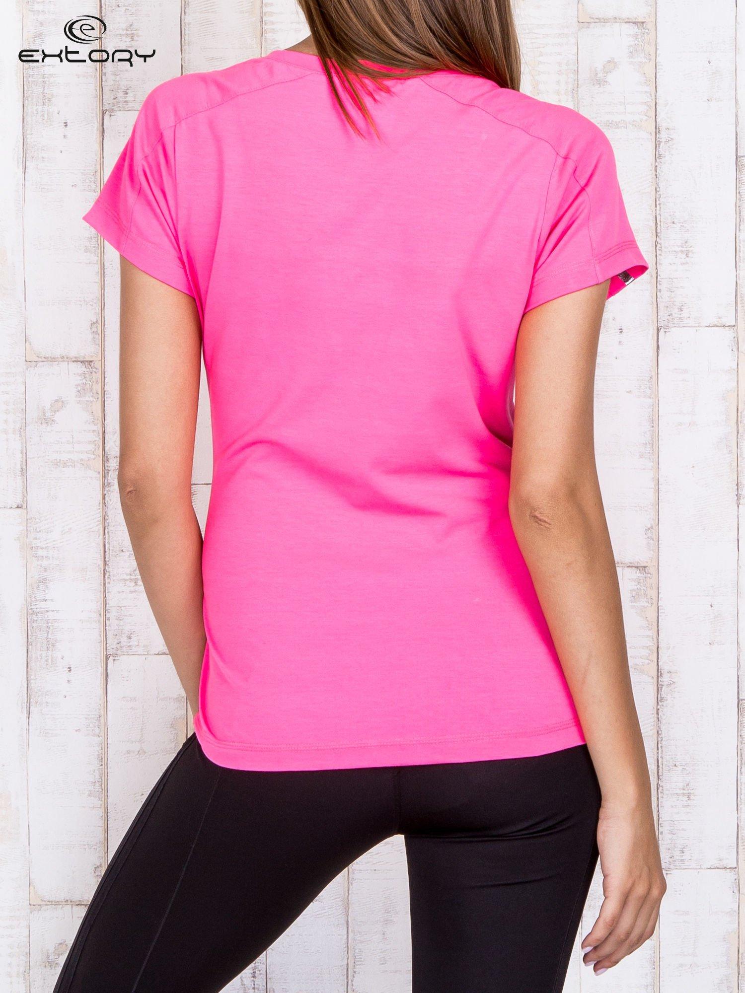 Różowy t-shirt sportowy z kieszonką i metalicznym nadrukiem                                  zdj.                                  4