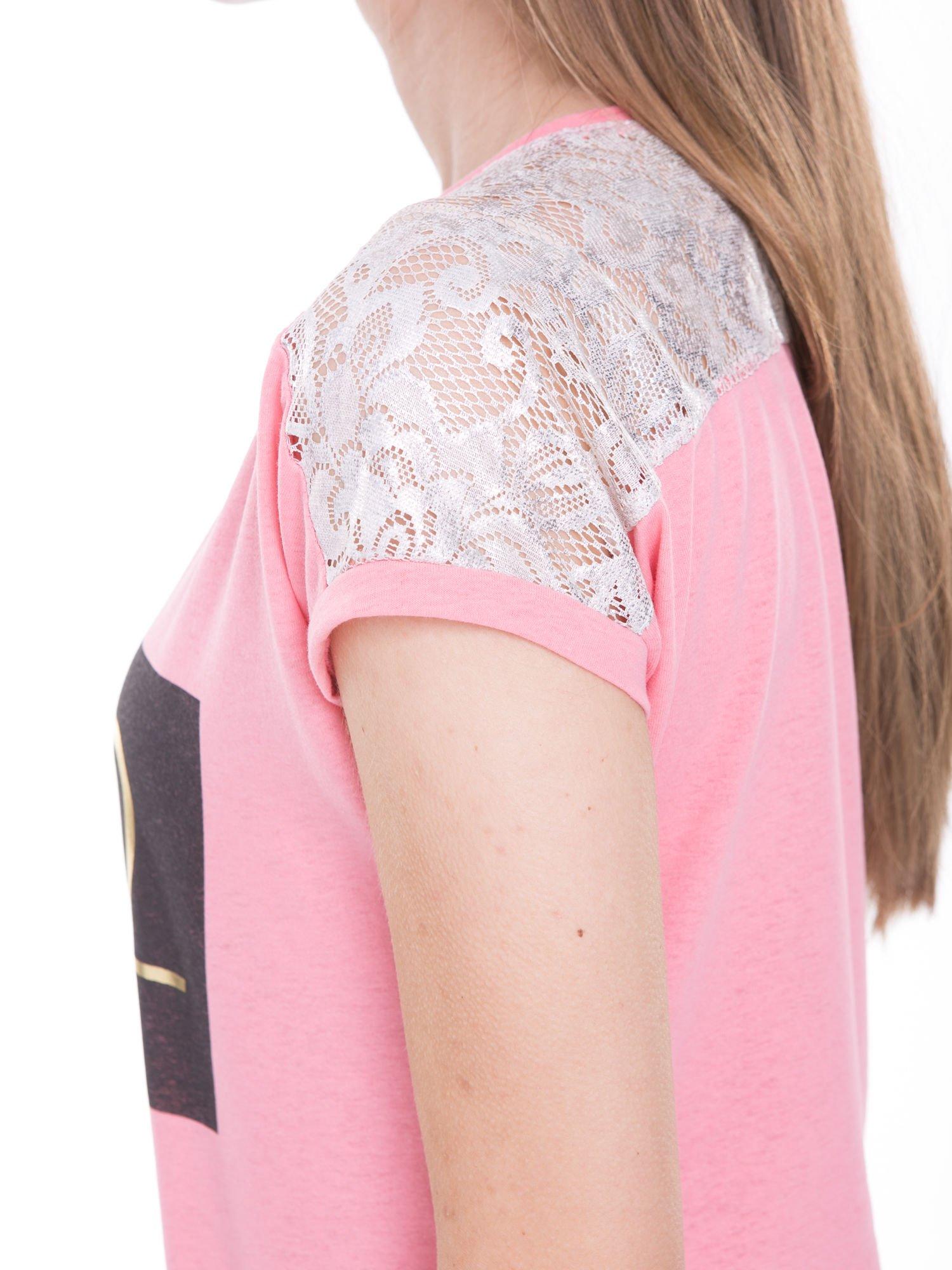 Różowy t-shirt z metalicznym nadrukiem HARD i koronkową wstawką z tyłu                                  zdj.                                  8