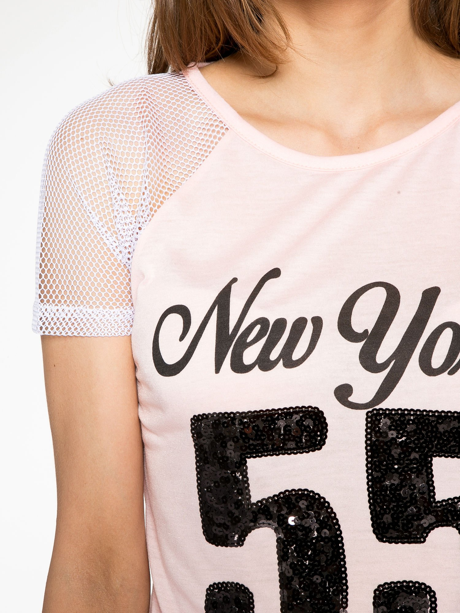 Różowy t-shirt z nadrukiem NEW YORK 55 i siatkowymi rękawami                                  zdj.                                  5