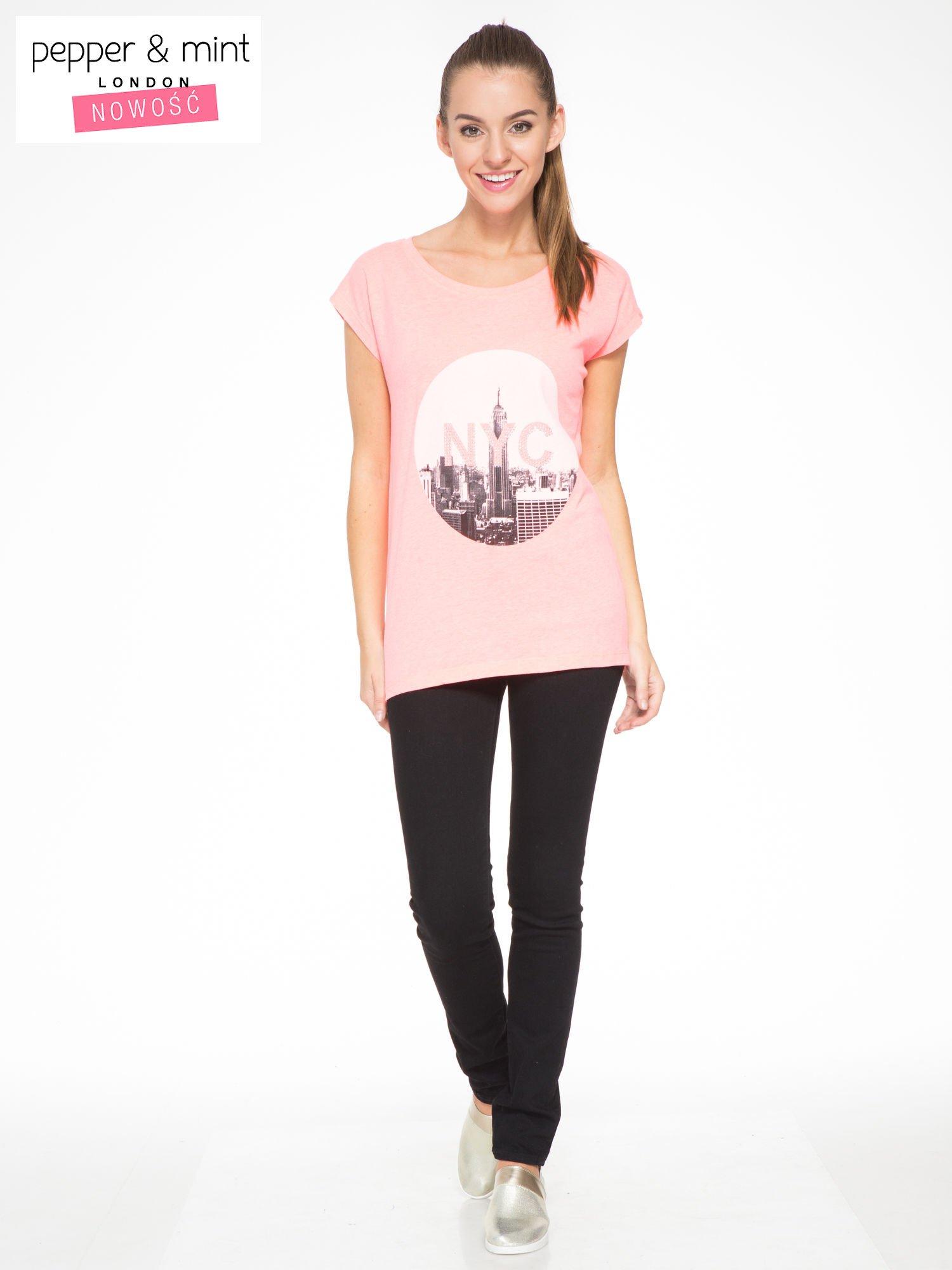Różowy t-shirt z nadrukiem NYC zdobiony dżetami                                  zdj.                                  4