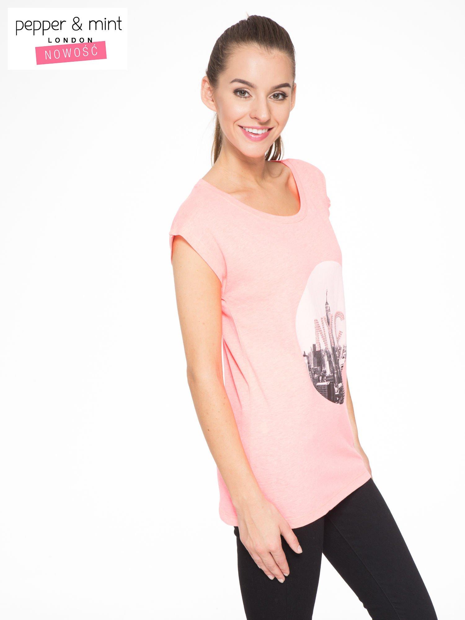 Różowy t-shirt z nadrukiem NYC zdobiony dżetami                                  zdj.                                  2