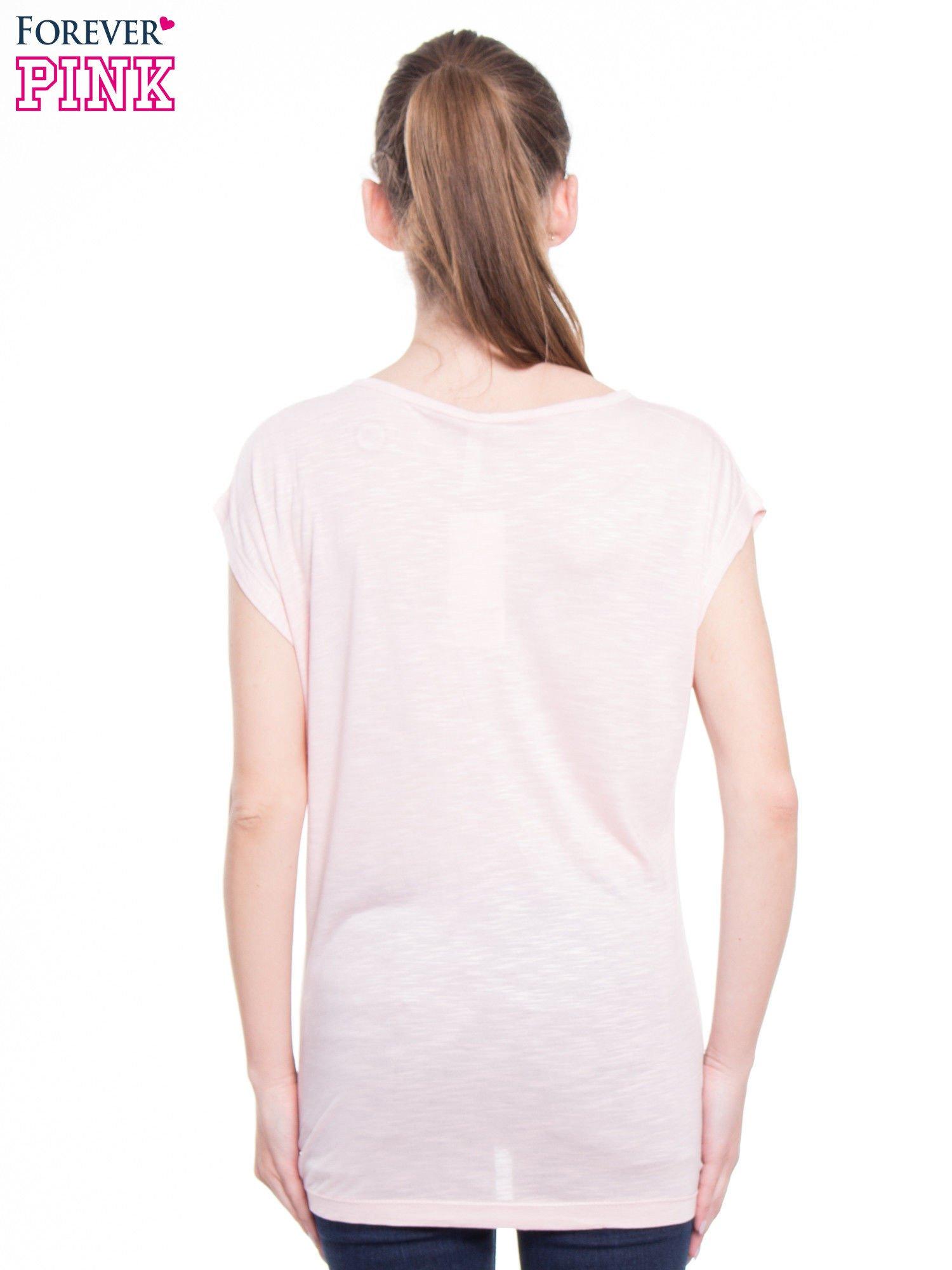 Różowy t-shirt z nadrukiem kobiety-kota                                  zdj.                                  3