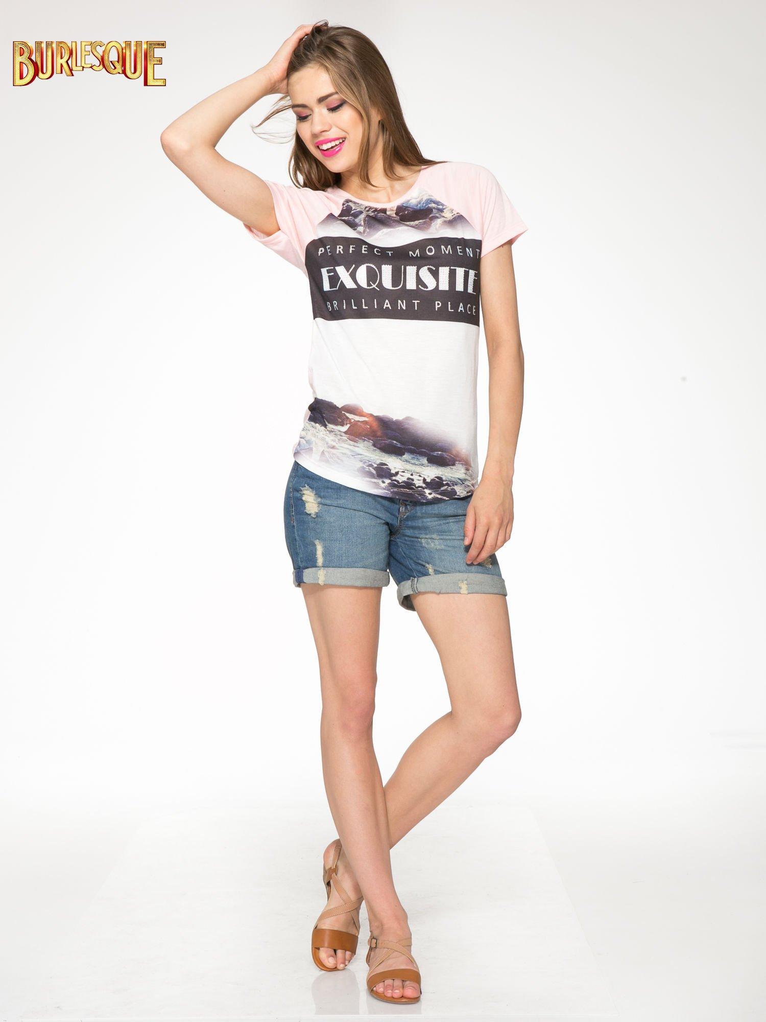Różowy t-shirt z nadrukiem pejzażu i napisem EXQUISTE z dżetami                                  zdj.                                  2