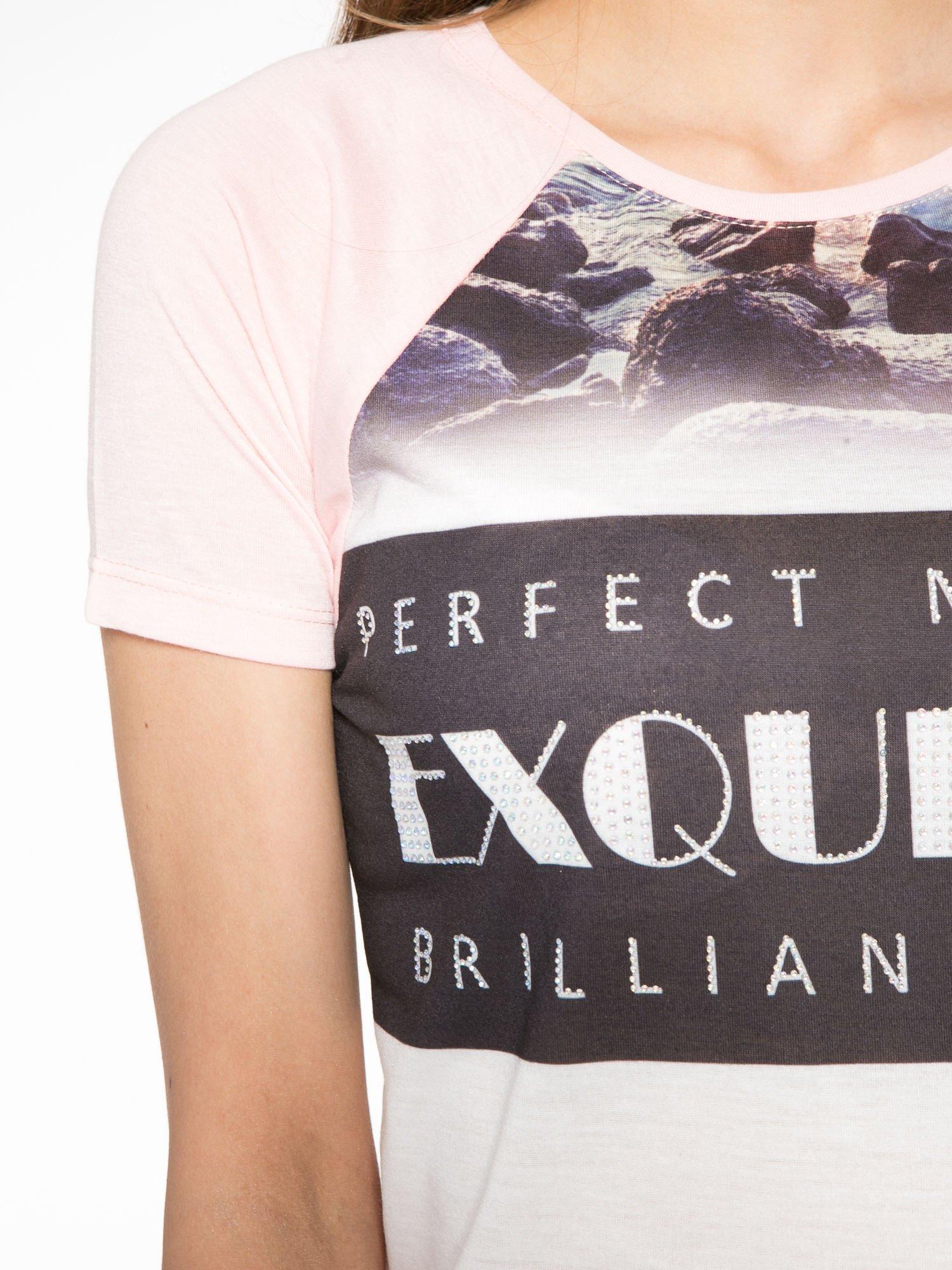 Różowy t-shirt z nadrukiem pejzażu i napisem EXQUISTE z dżetami                                  zdj.                                  5