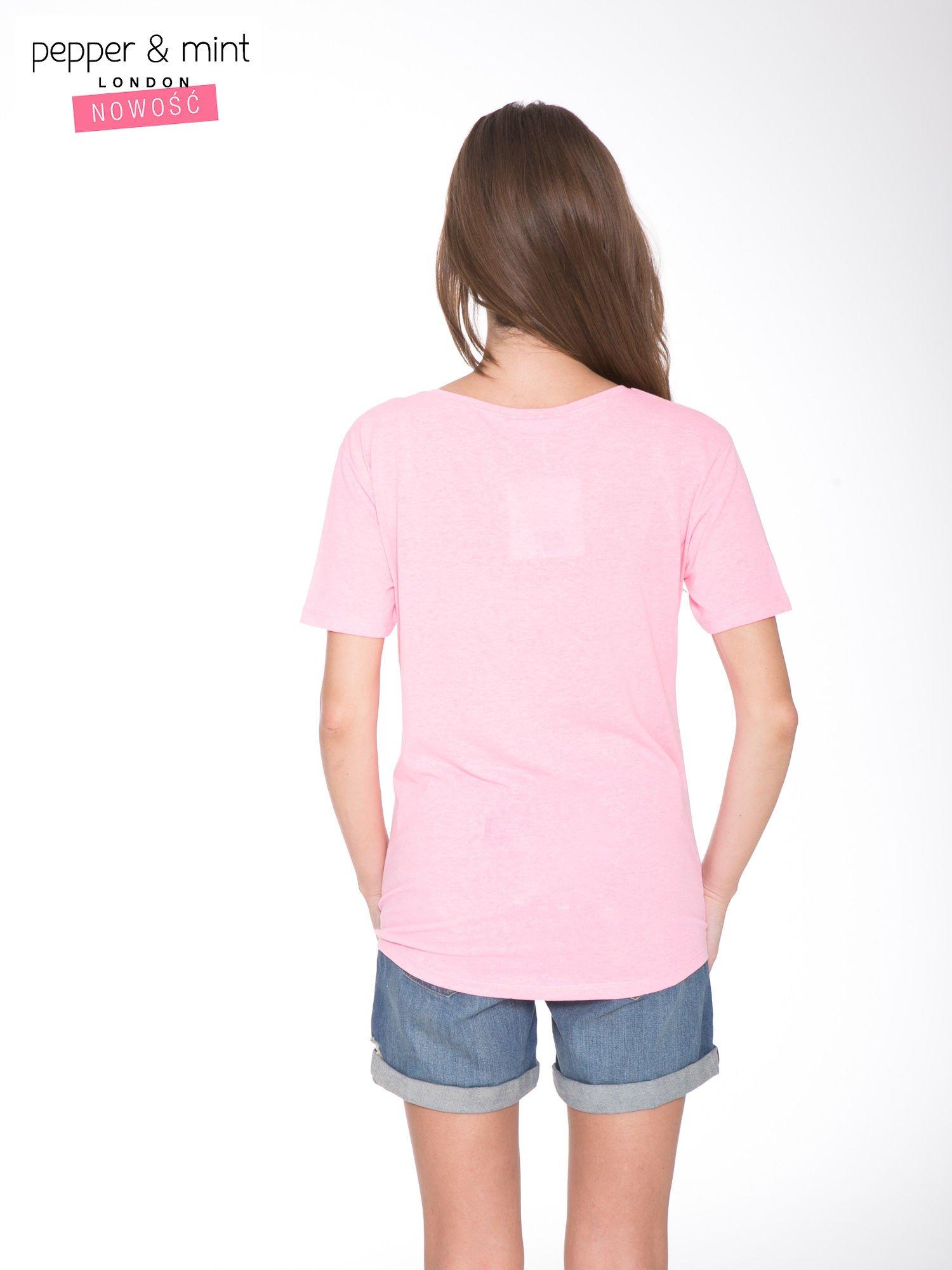 Różowy t-shirt z romantycznym nadrukiem dziewczyny                                  zdj.                                  4