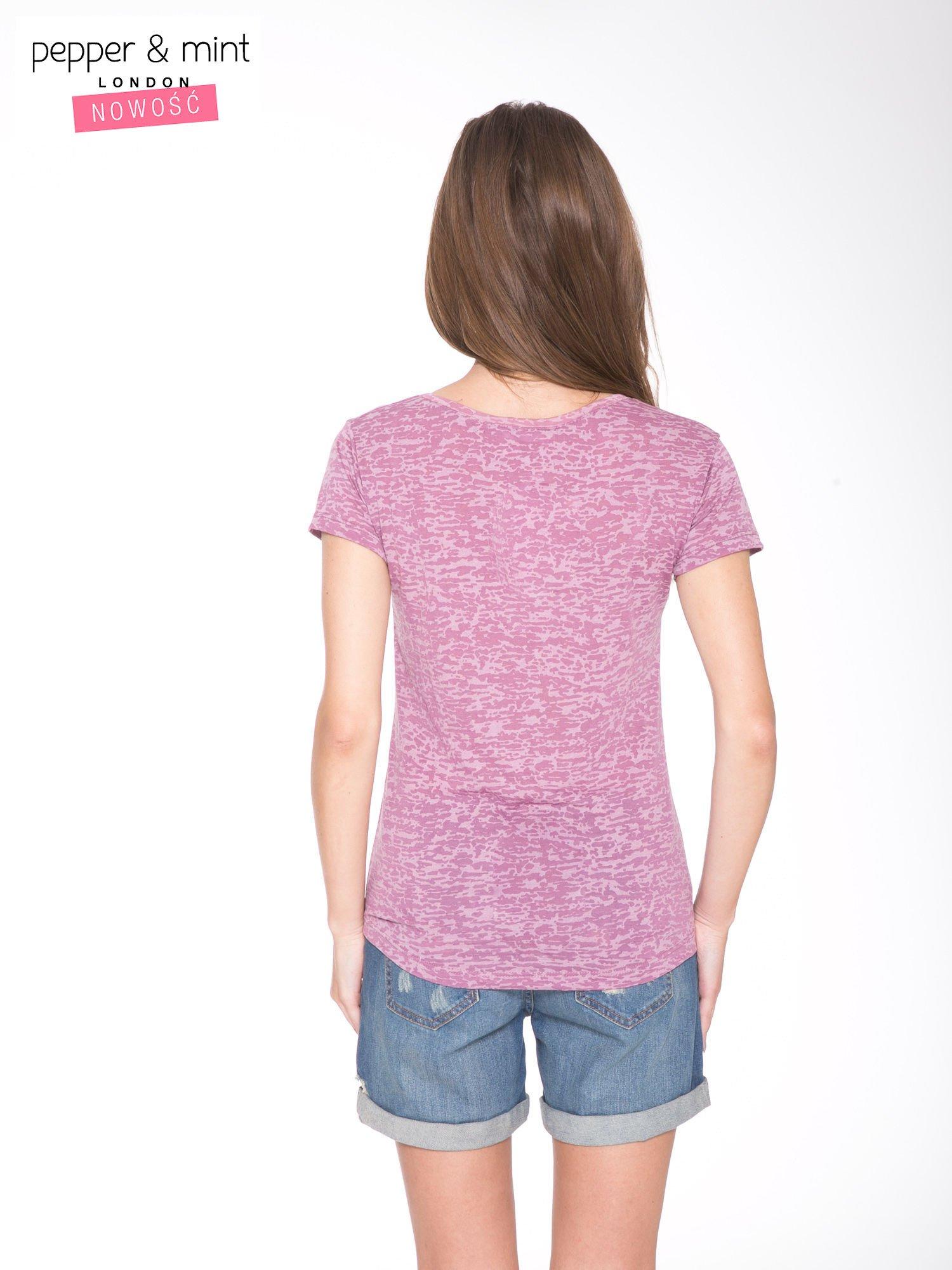 Różowy t-shirt ze złotym napisem A LIST OF GRACEFUL PLACES                                  zdj.                                  4