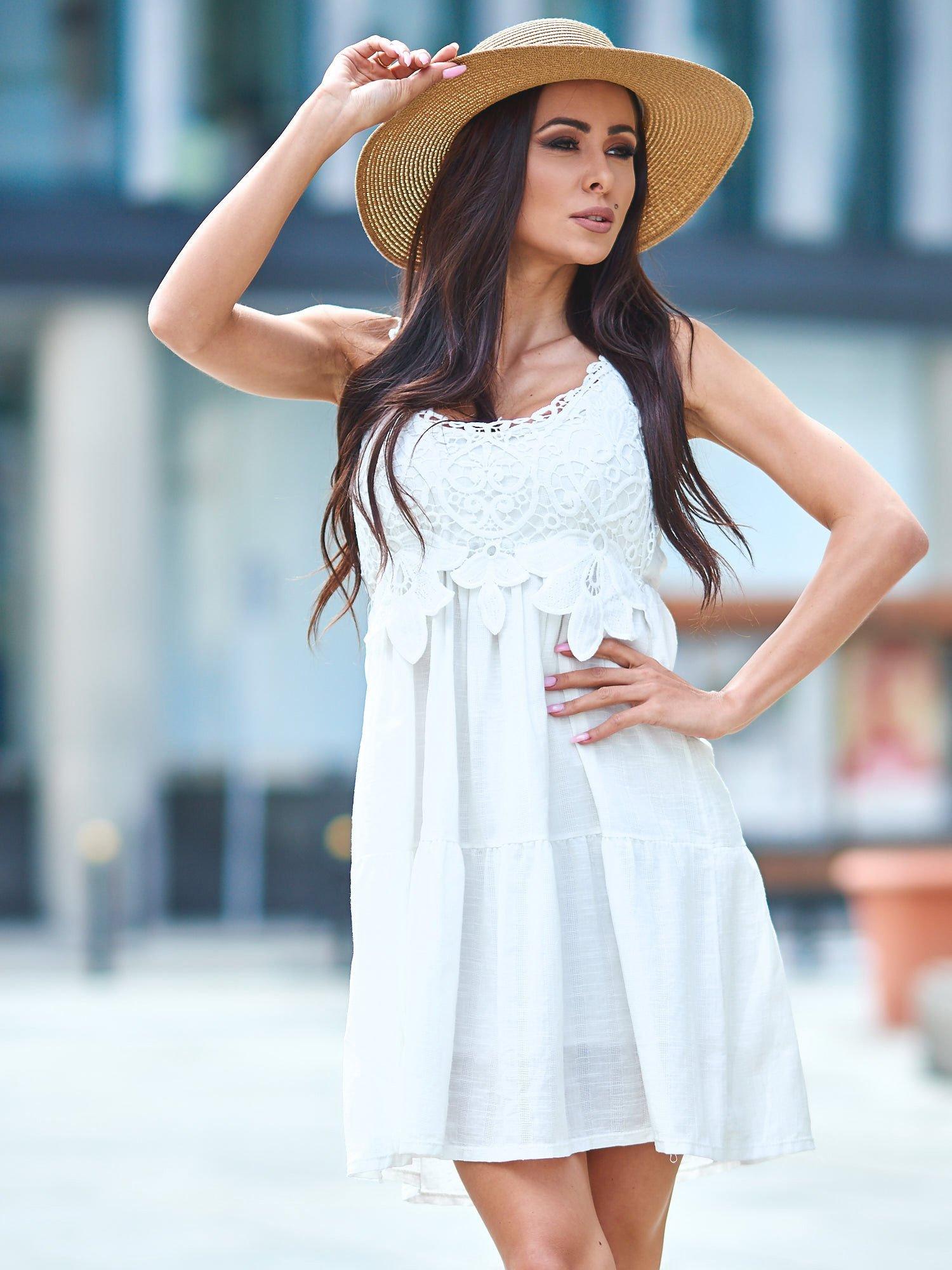 4974eba0acd66b Biała sukienka z ozdobna gipiurą przy dekolcie - Sukienka na co ...