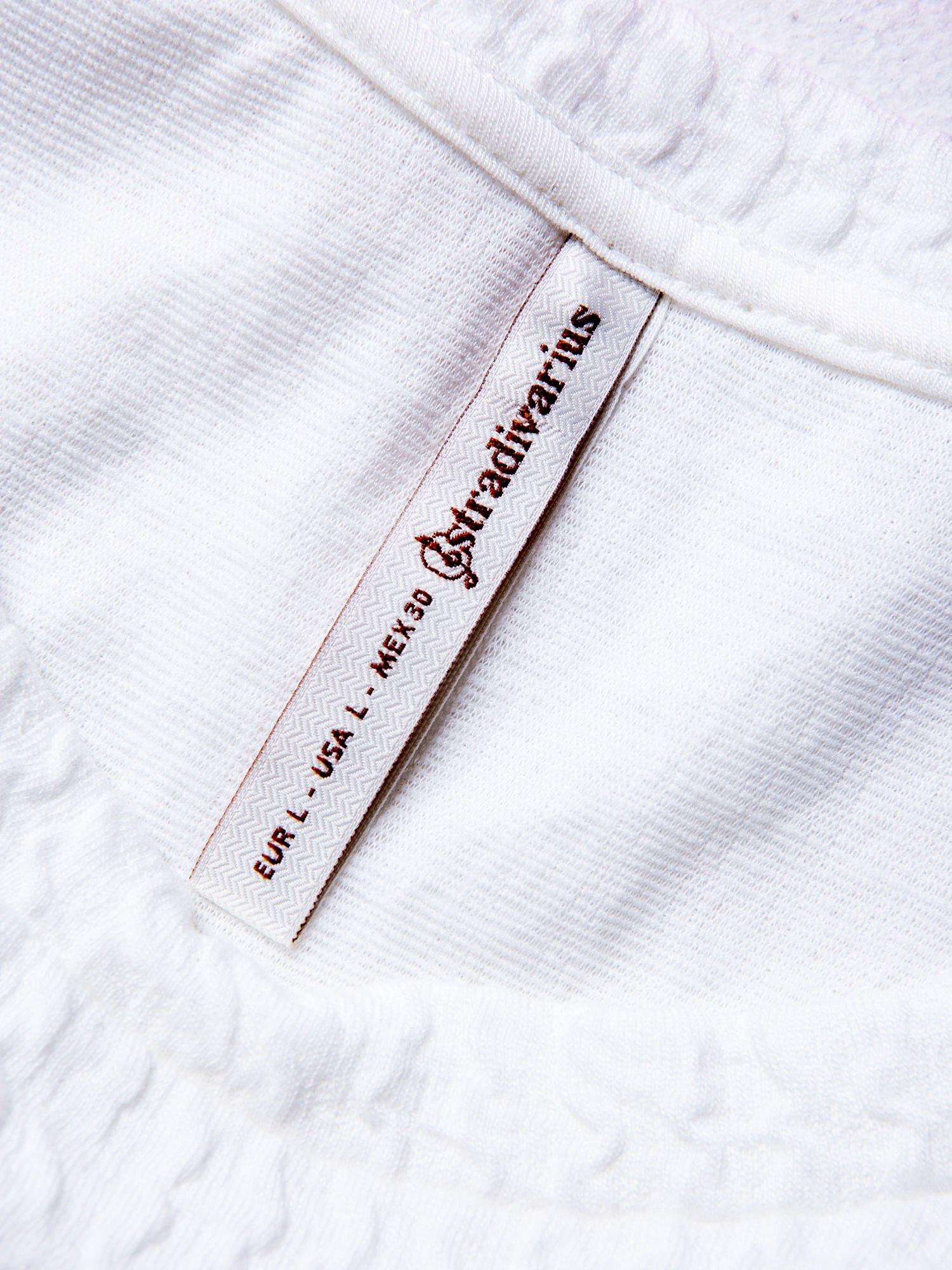 STRADIVARIUS Biały fakturowany t-shirt typu cropped                                  zdj.                                  3