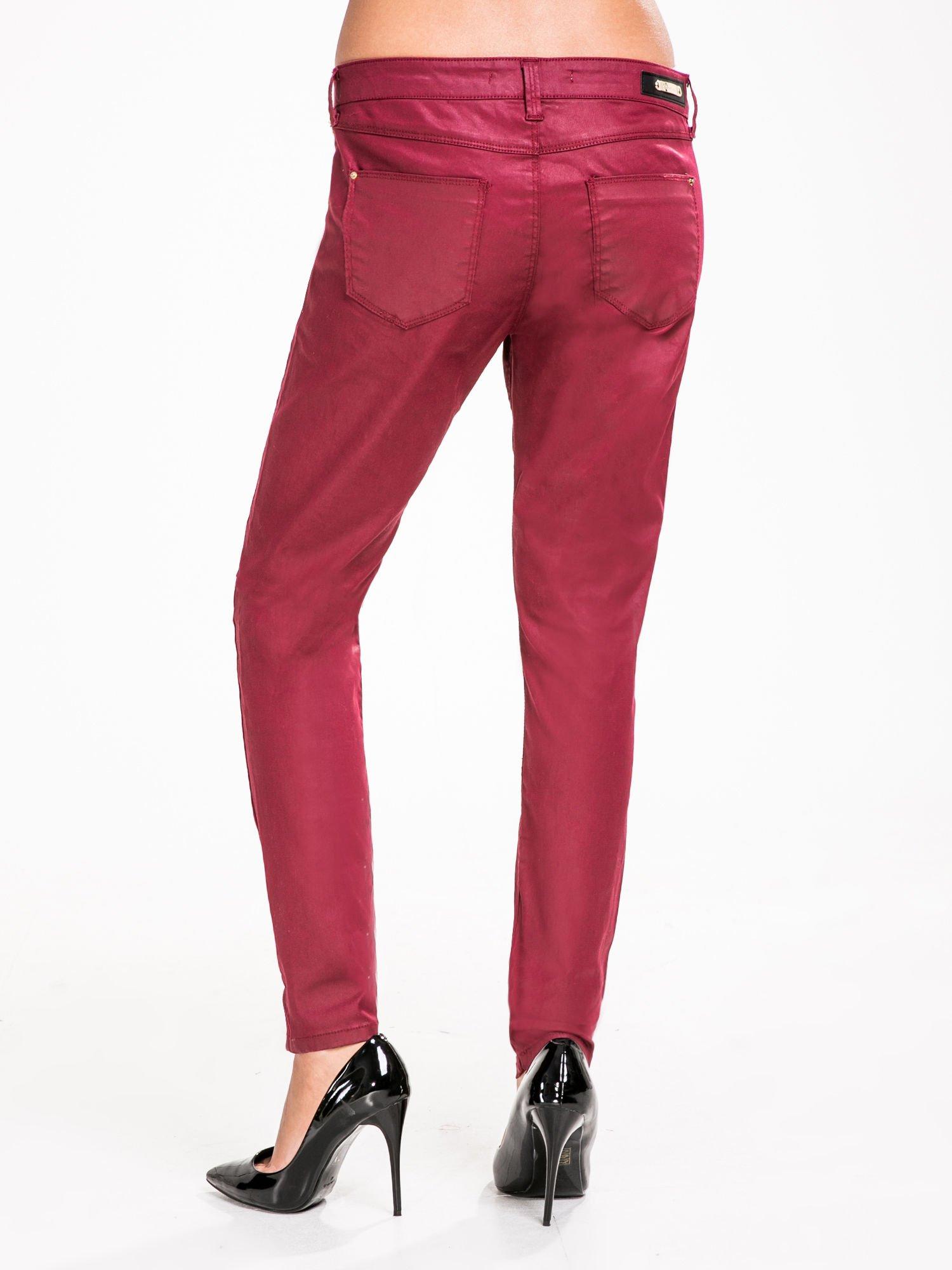 STRADIVARIUS Bordowe spodnie rurki woskowane                                  zdj.                                  2