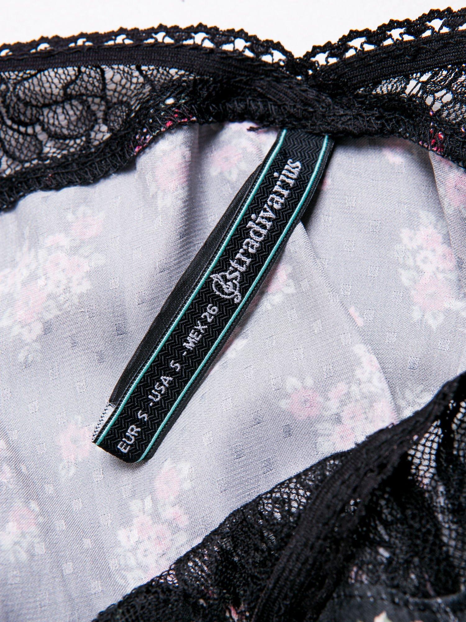STRADIVARIUS Czarna sukienka bieliźniana w kwiatki z koronkowym wykończeniem                                  zdj.                                  3