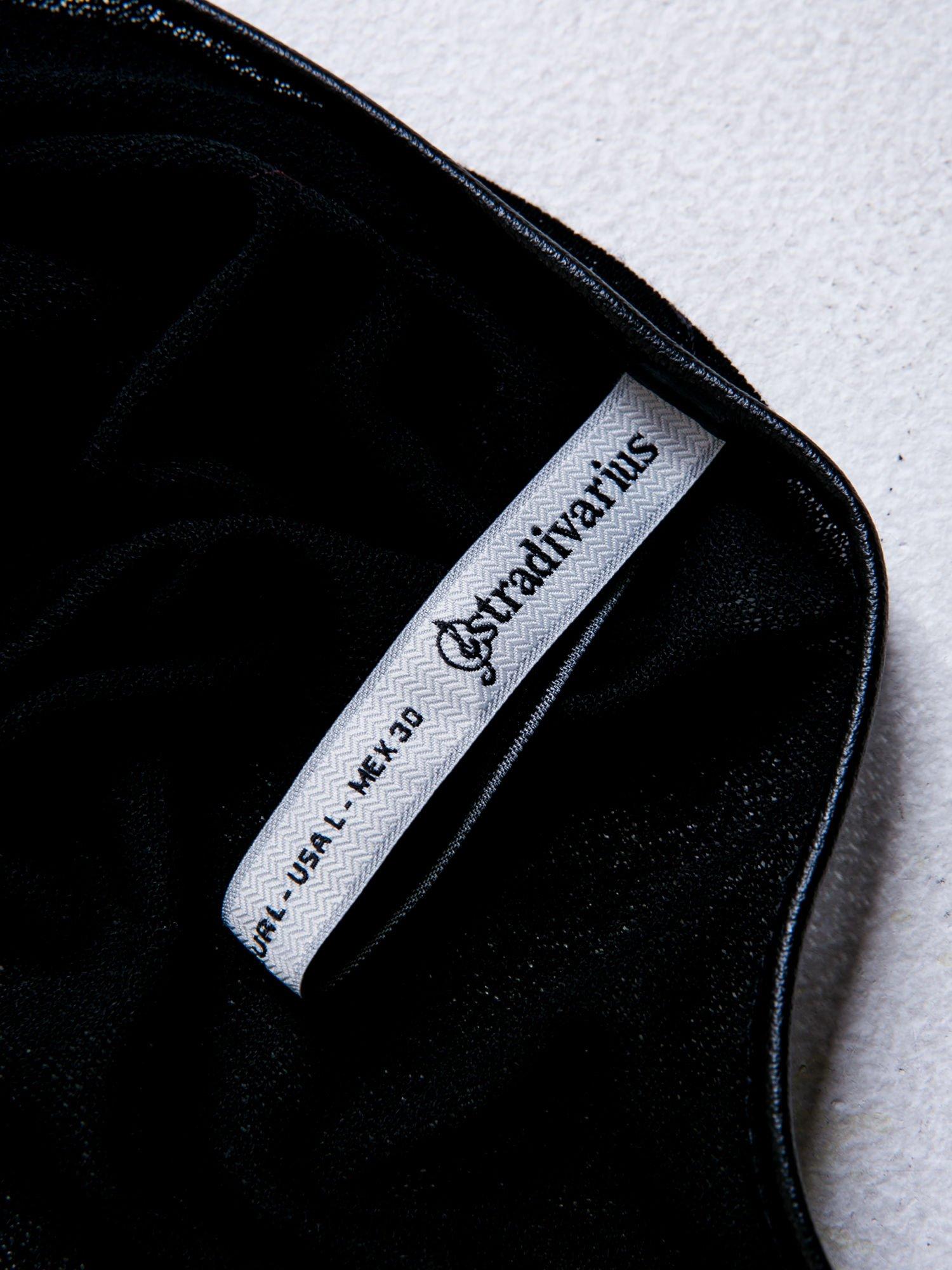 STRADIVARIUS Czarny t-shirt ze skórzaną lamówką                                  zdj.                                  3