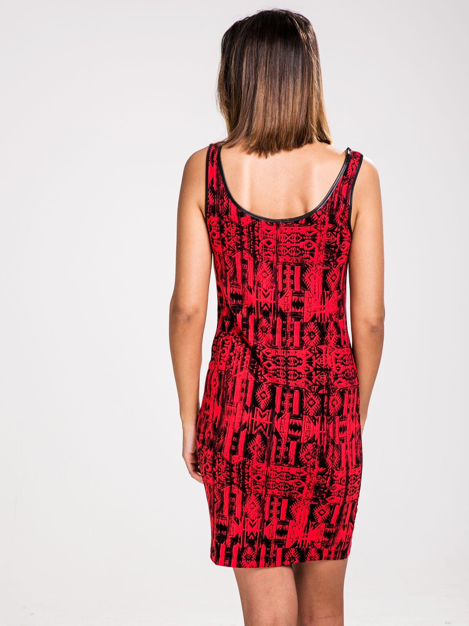 STRADIVARIUS Czerwona sukienka mini w etniczne wzory                                  zdj.                                  2