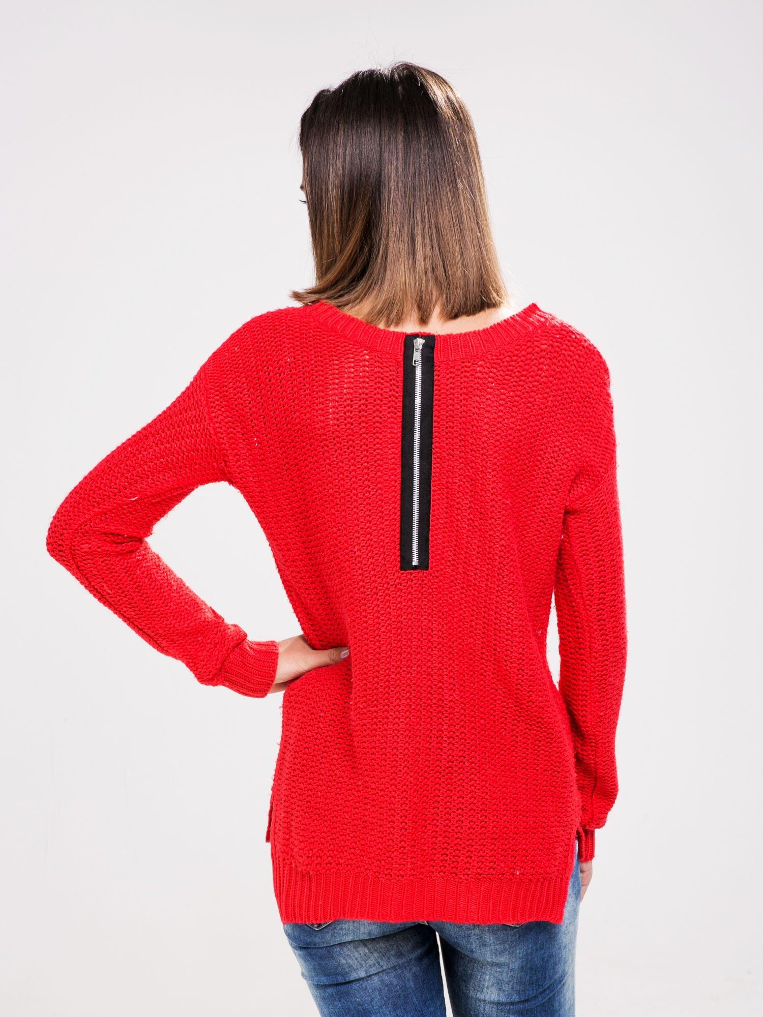 STRADIVARIUS Czerwony sweter z suwakiem z tyłu                                  zdj.                                  2