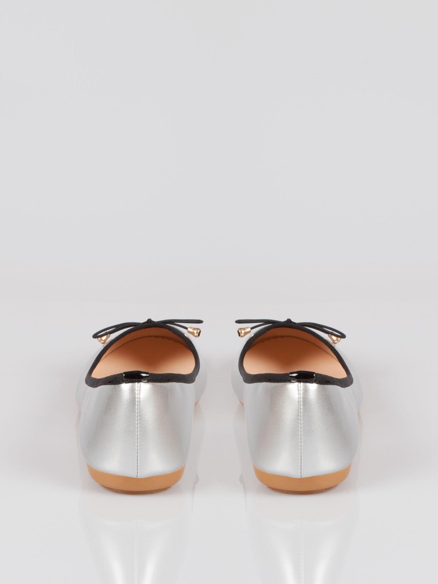 Srebrne baletki faux leather Evy z czarną kokardką i lamówką                                  zdj.                                  2