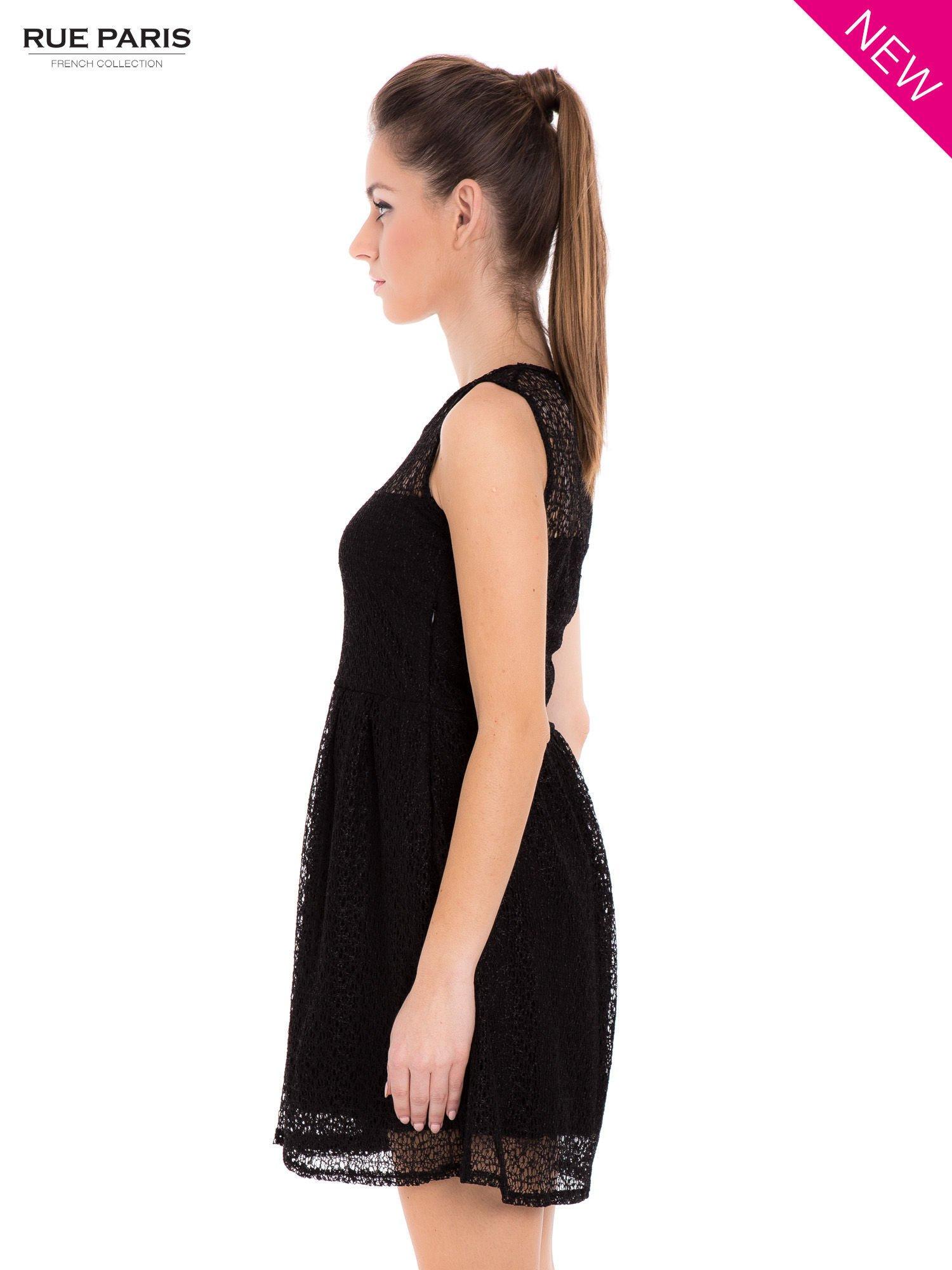Sukienka pokryta misternie tkaną czarną koronką                                  zdj.                                  5