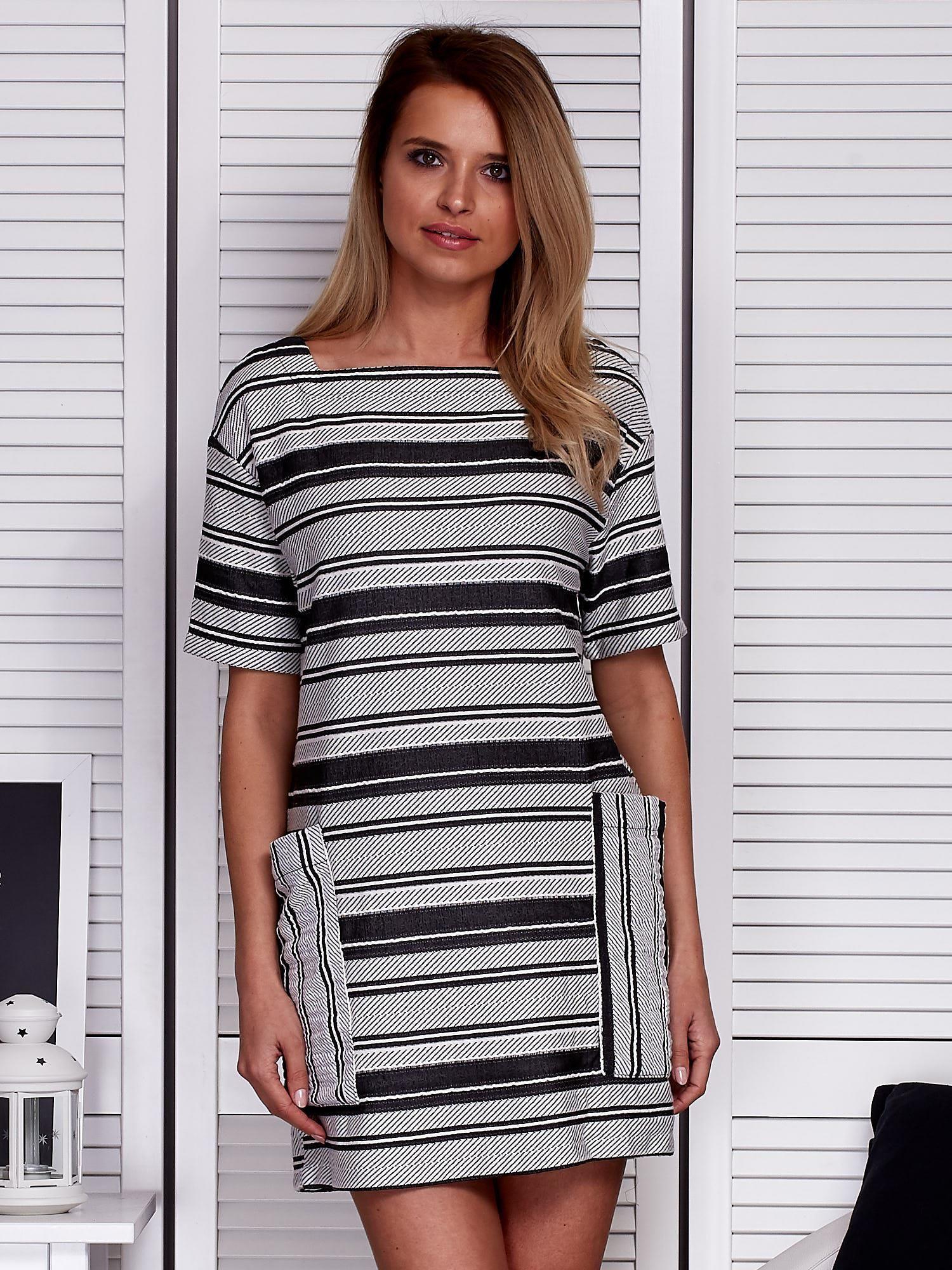 61abba4c82 Sukienka w paski z dużymi rękawami biało-czarna - Sukienka z printem ...