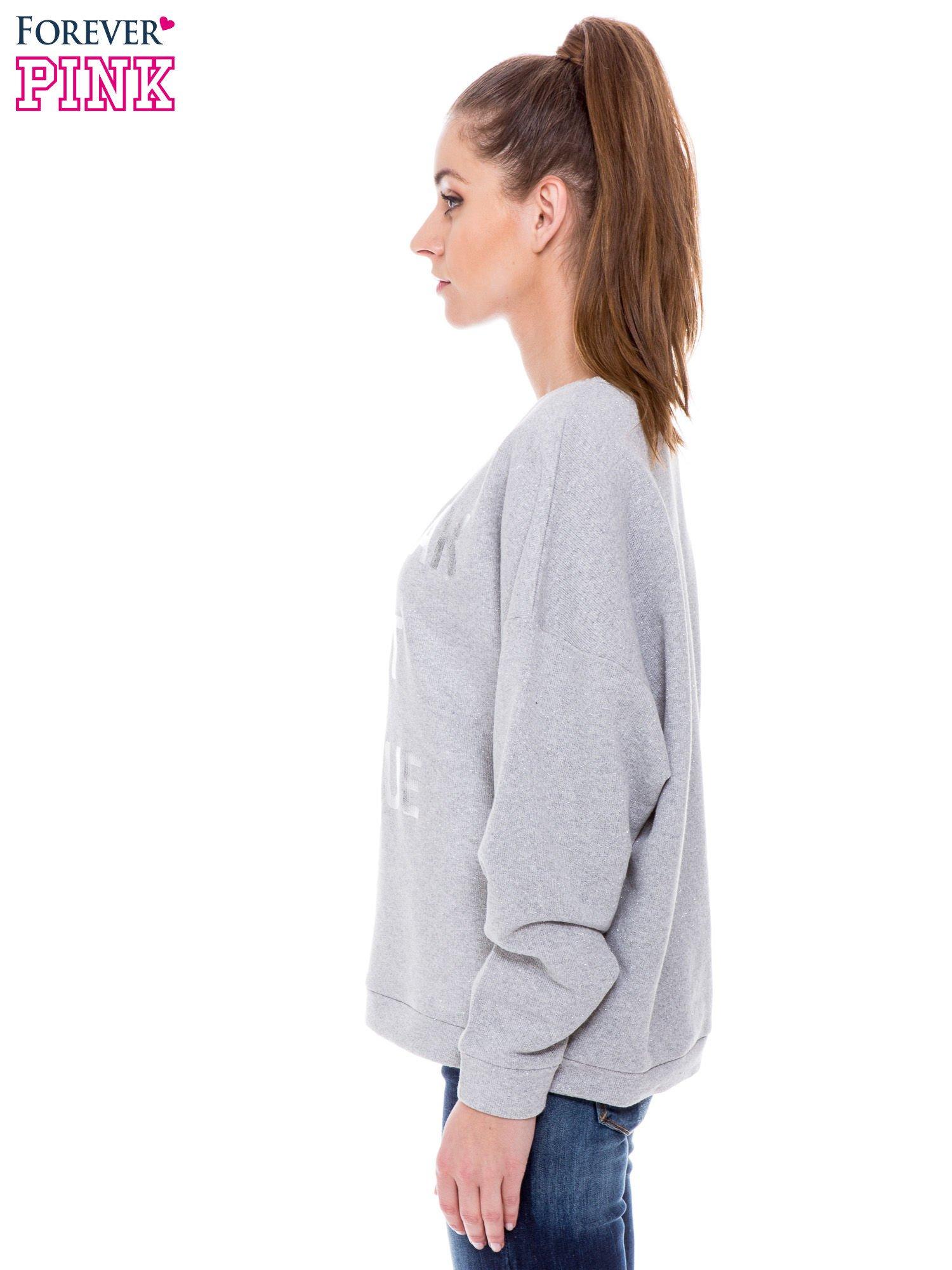Szara bluza przeplatana metaliczną nicią ze srebrnym nadrukiem                                  zdj.                                  3