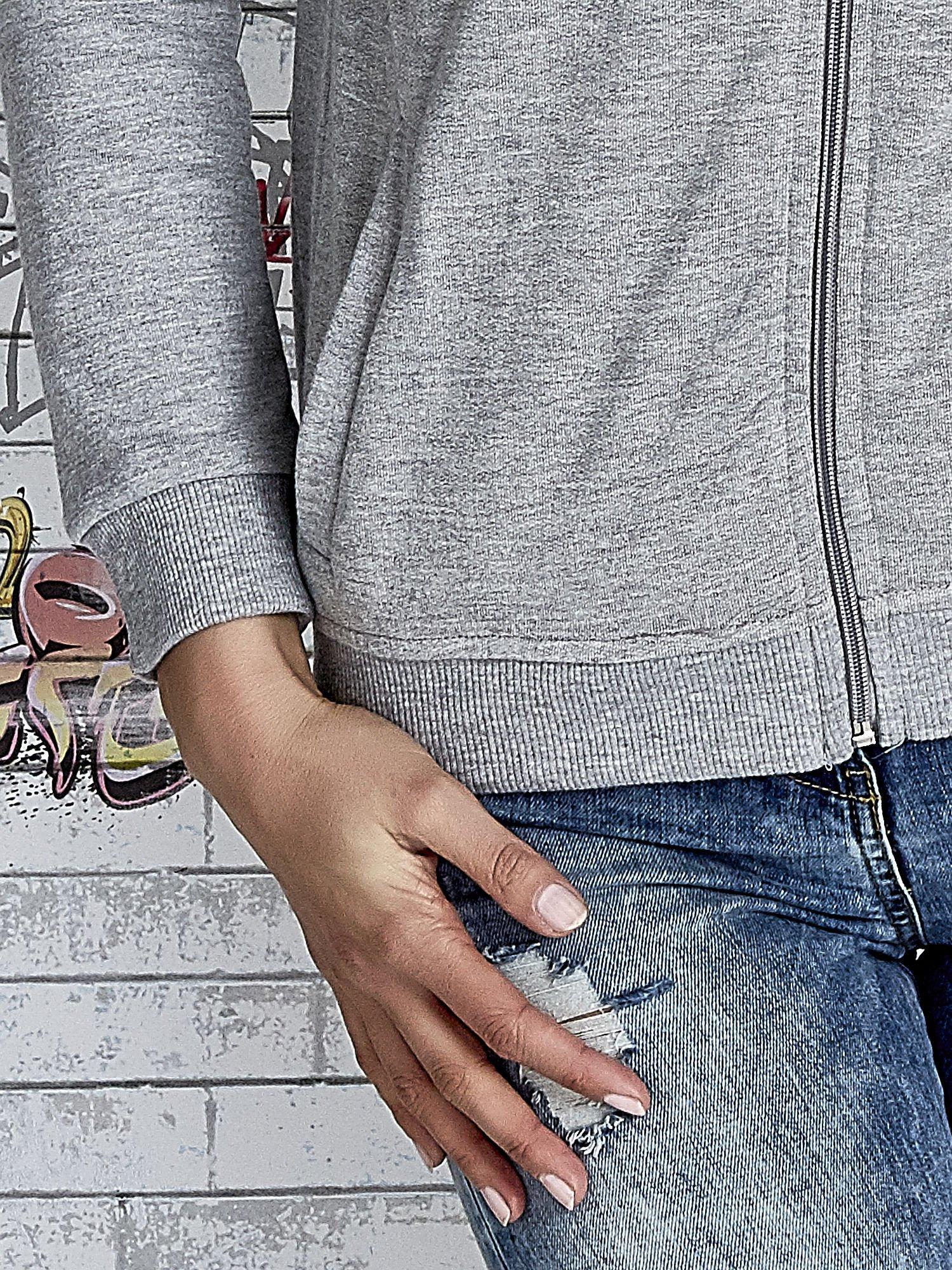 Szara bluza z kapturem z kolorowymi przeszyciami                                  zdj.                                  7