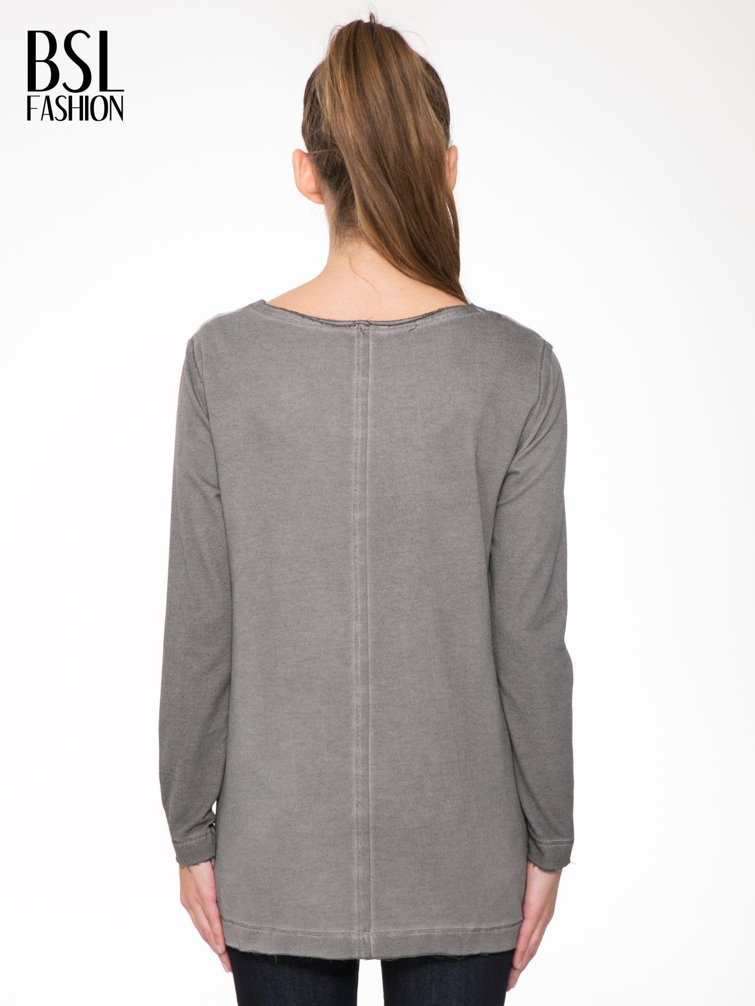 Szara bluza z surowym wykończeniem i widocznymi szwami                                  zdj.                                  4