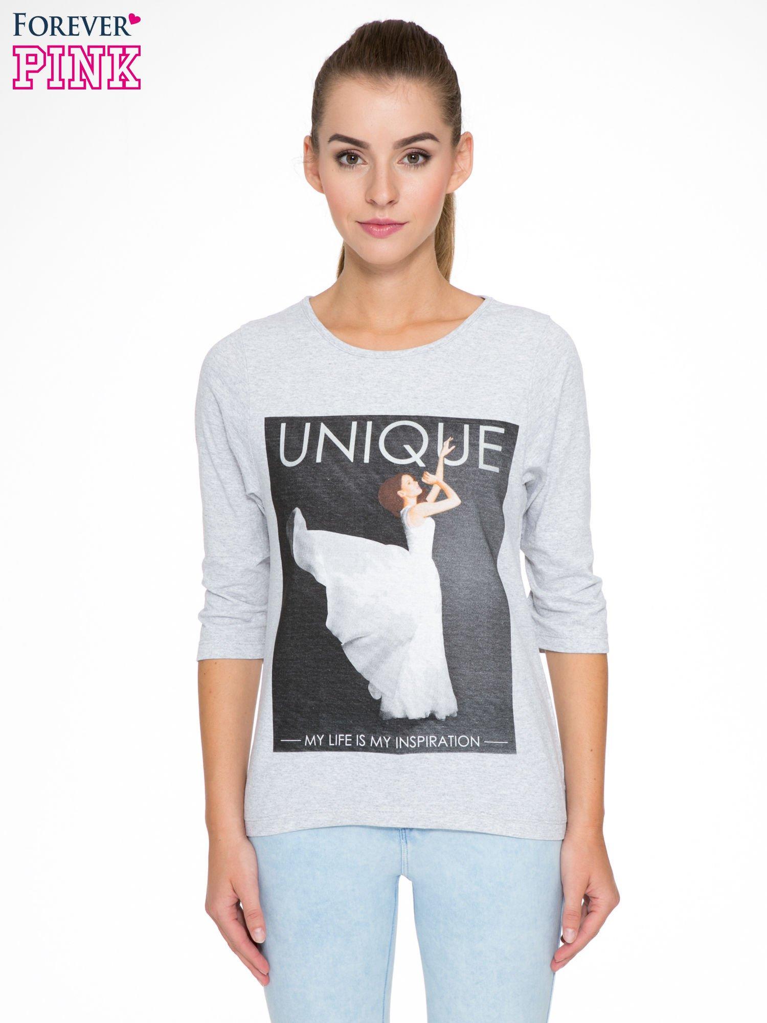 Szara bluzka z nadrukiem kobiety i napisem UNIQUE                                  zdj.                                  1