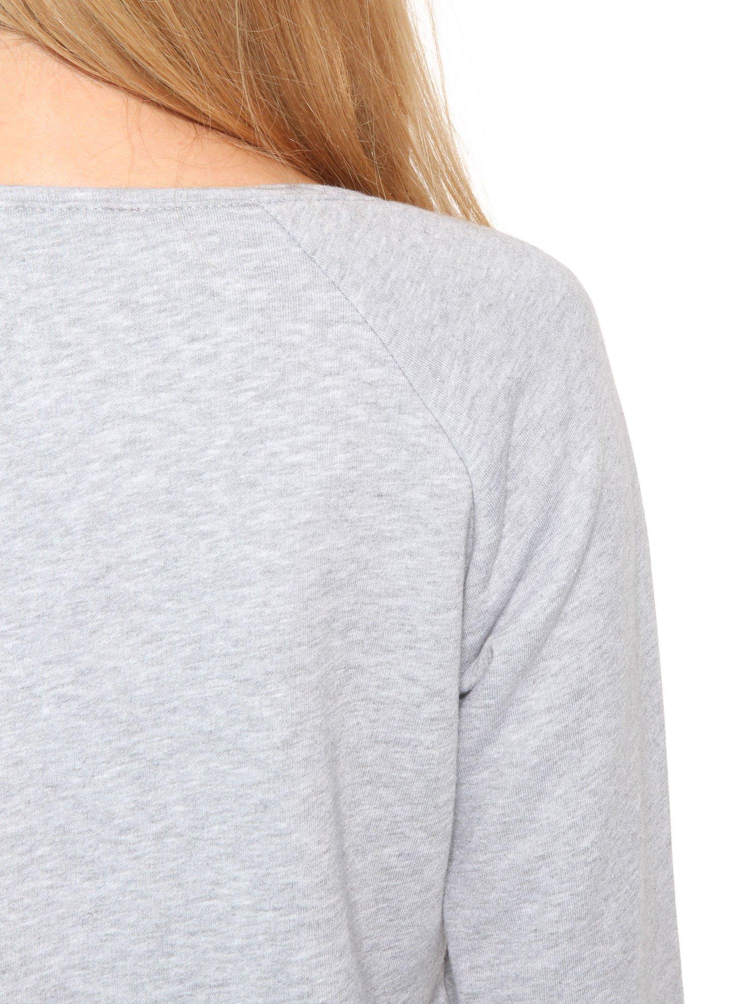Szara dresowa bluza z koronkową wstawką przy dekolcie                                  zdj.                                  9