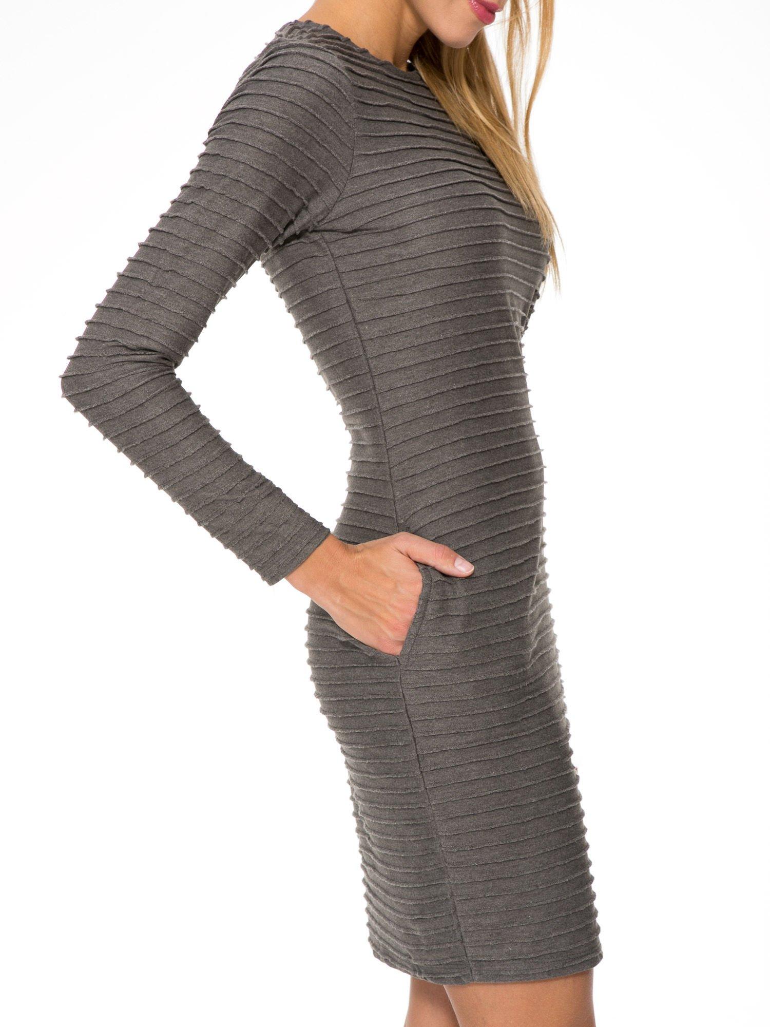 Szara dresowa sukienka w prążkowany wzór                                  zdj.                                  9