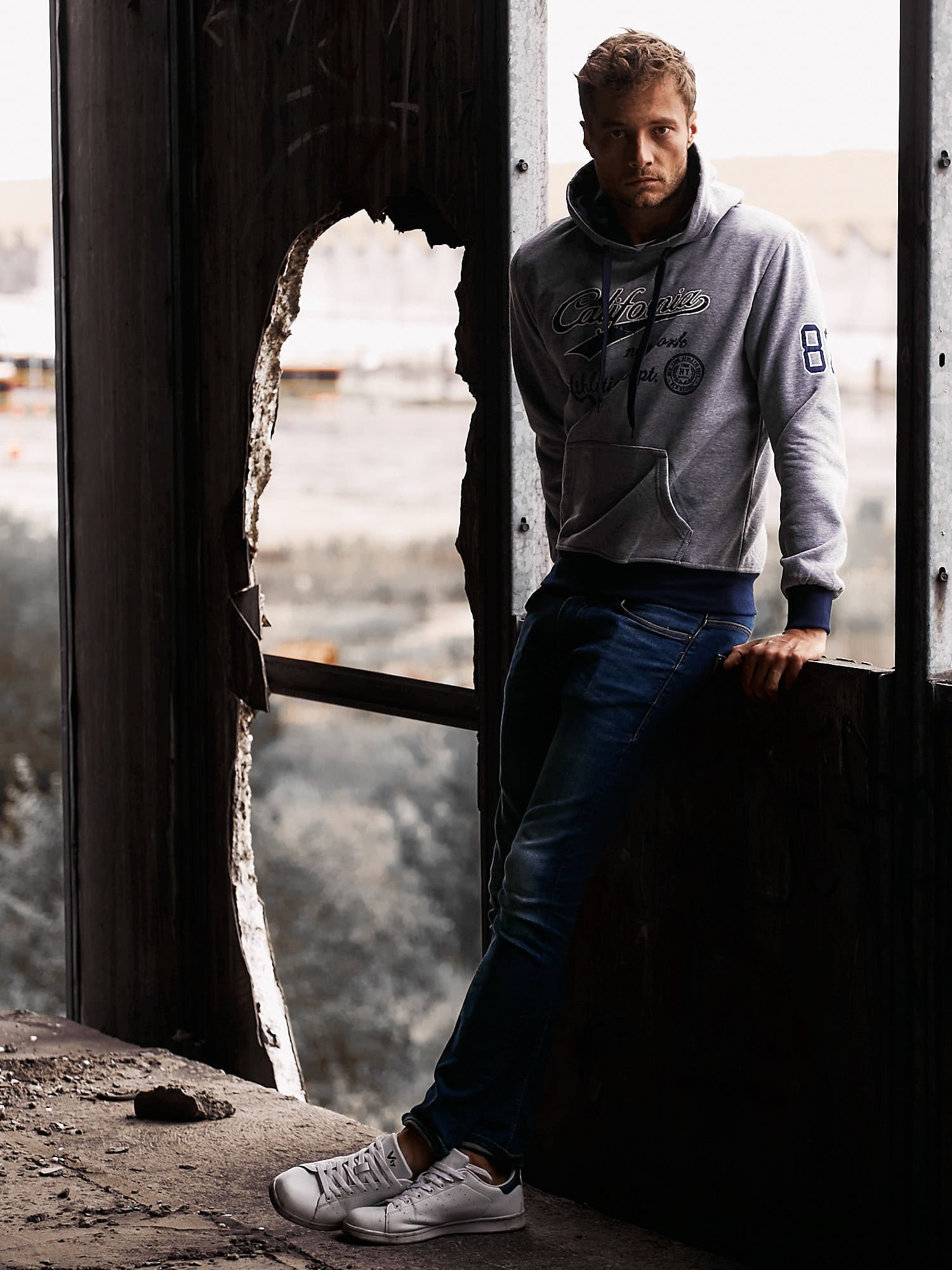 Szara ocieplana bluza męska z napisem CALIFORNIA i kapturem                                  zdj.                                  9