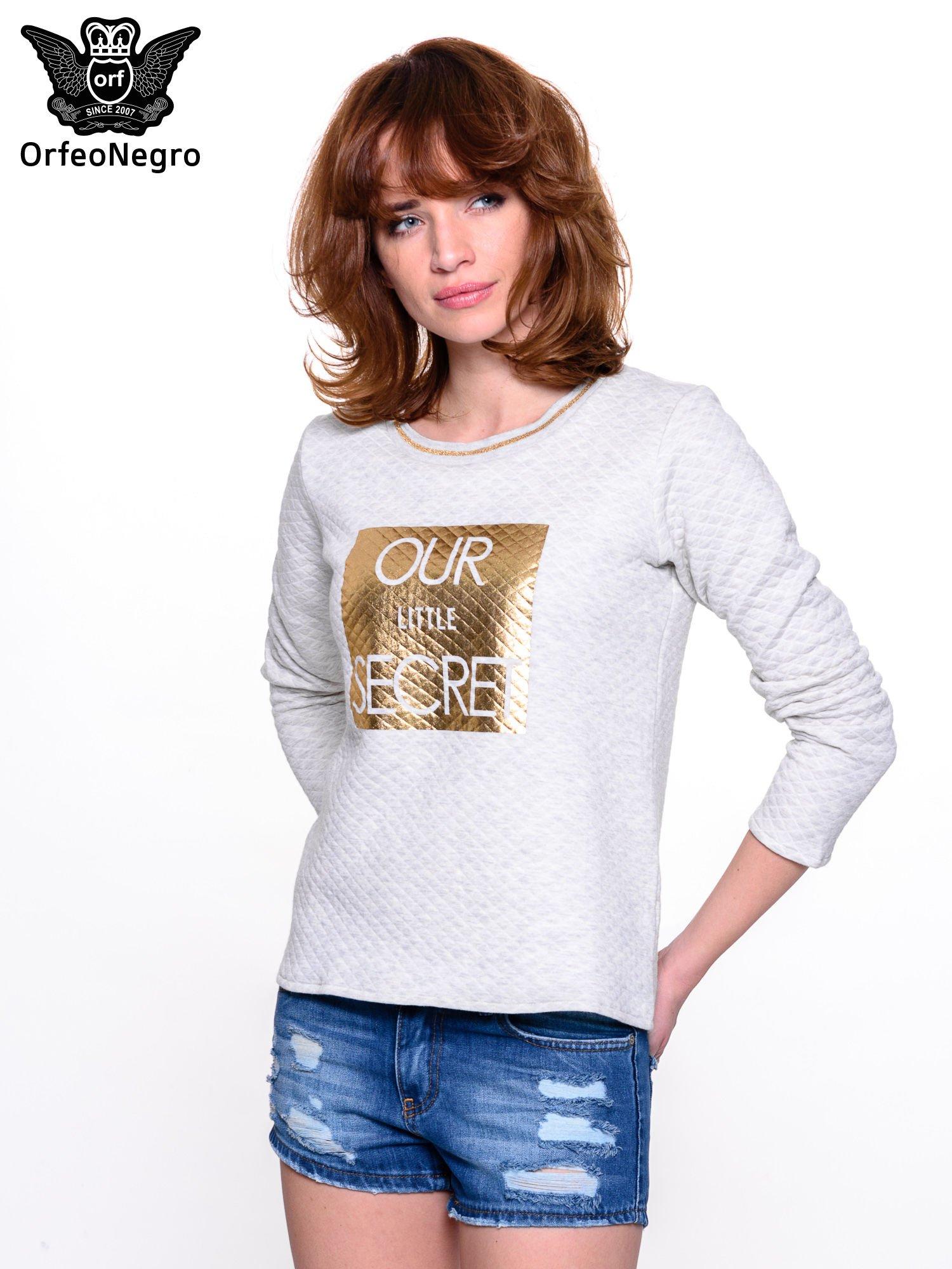Szara pikowana bluza w stylu glamour ze złotym nadrukiem i lamówką                                  zdj.                                  1