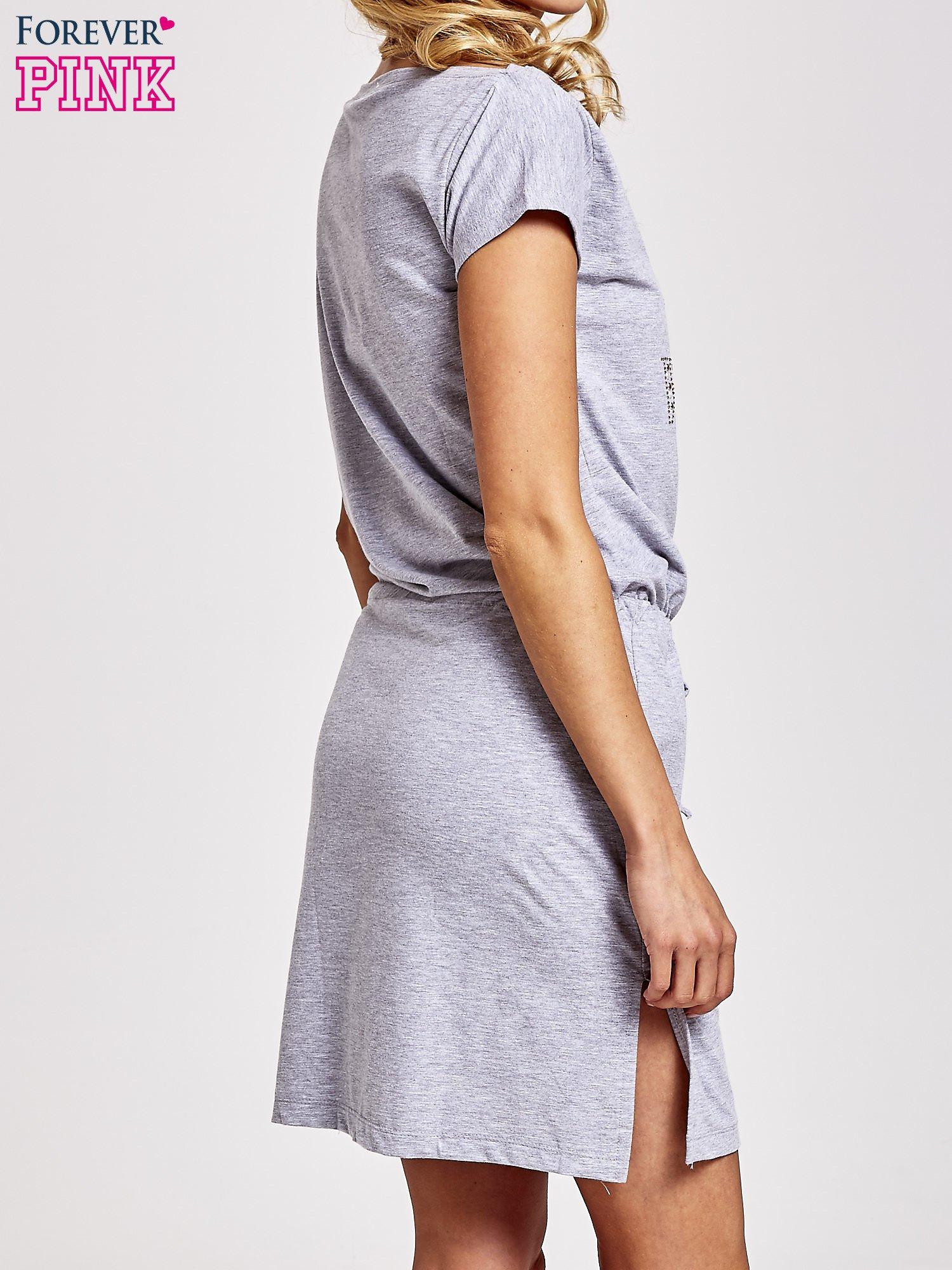 Szara sukienka dresowa wiązana w pasie z aplikacją z dżetów                                  zdj.                                  4