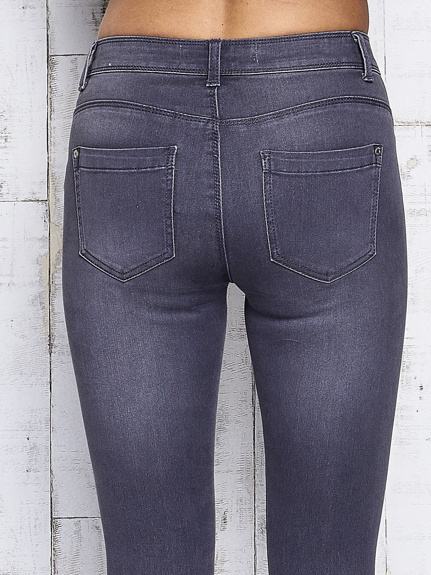 Szare dopasowane spodnie jeansowe                                   zdj.                                  6