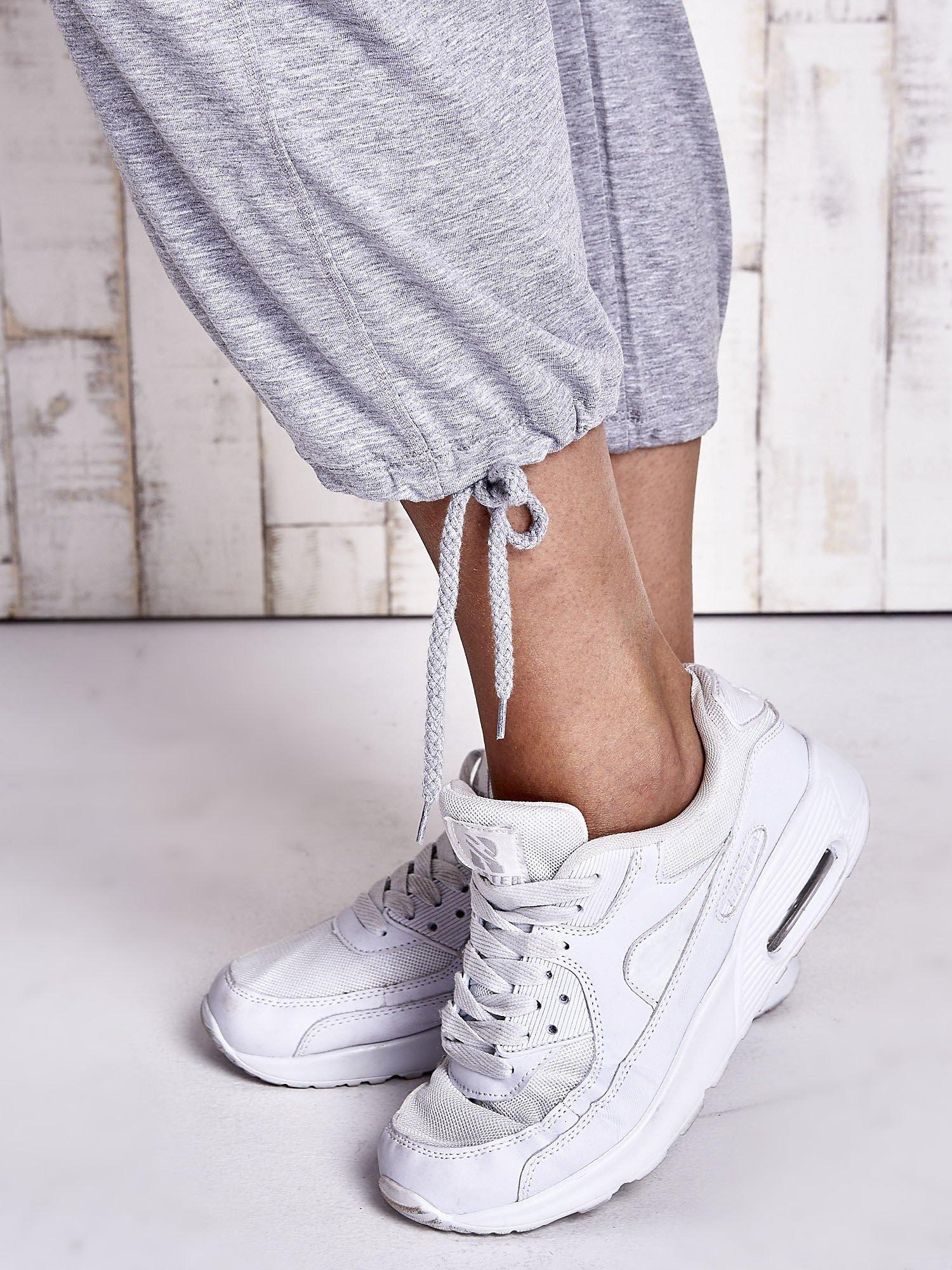 Szare dresowe spodnie capri z troczkami PLUS SIZE                                  zdj.                                  5