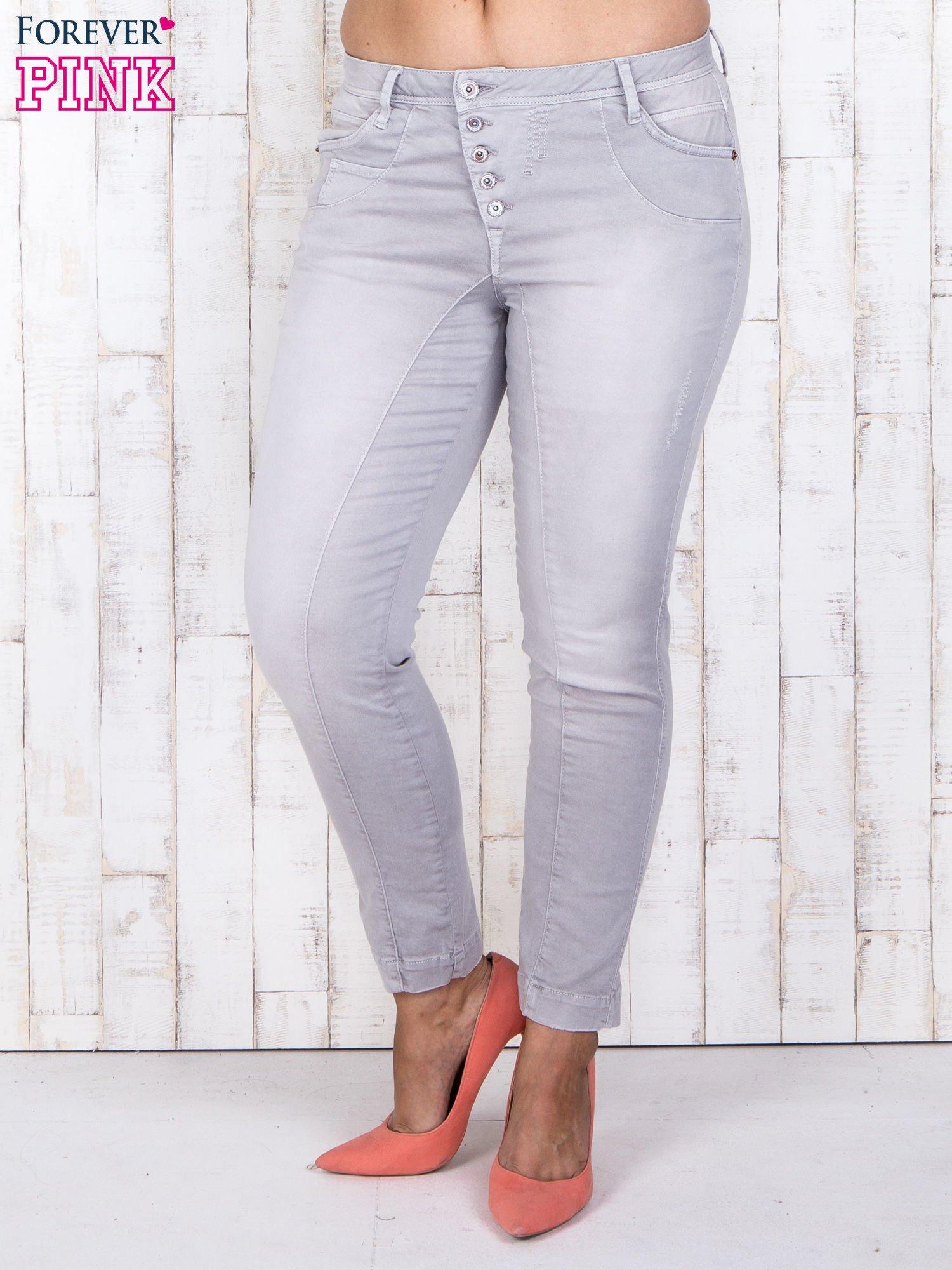 Szare jeansowe spodnie slim z przetarciami PLUS SIZE                                  zdj.                                  1