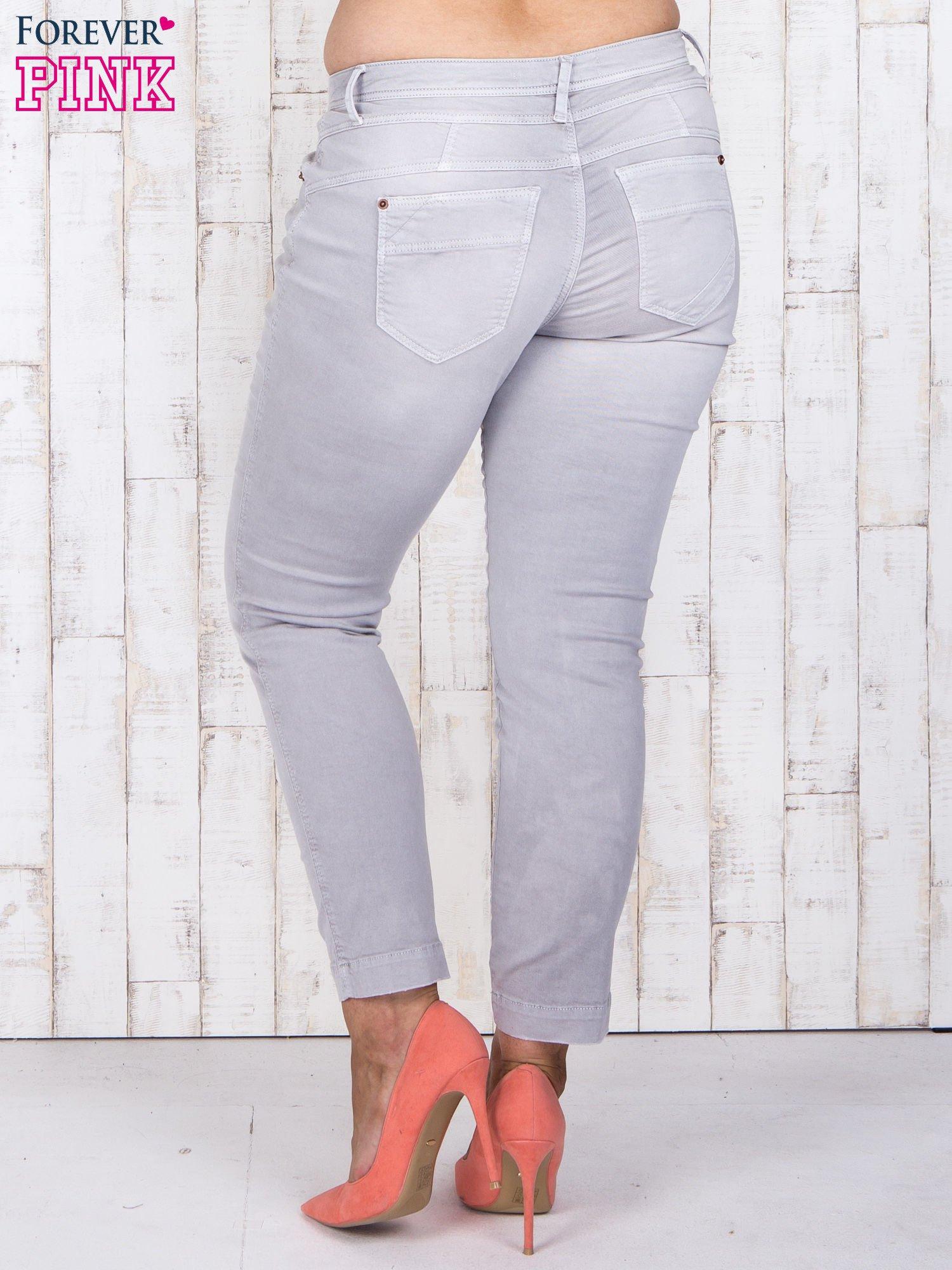 Szare jeansowe spodnie slim z przetarciami PLUS SIZE                                  zdj.                                  3