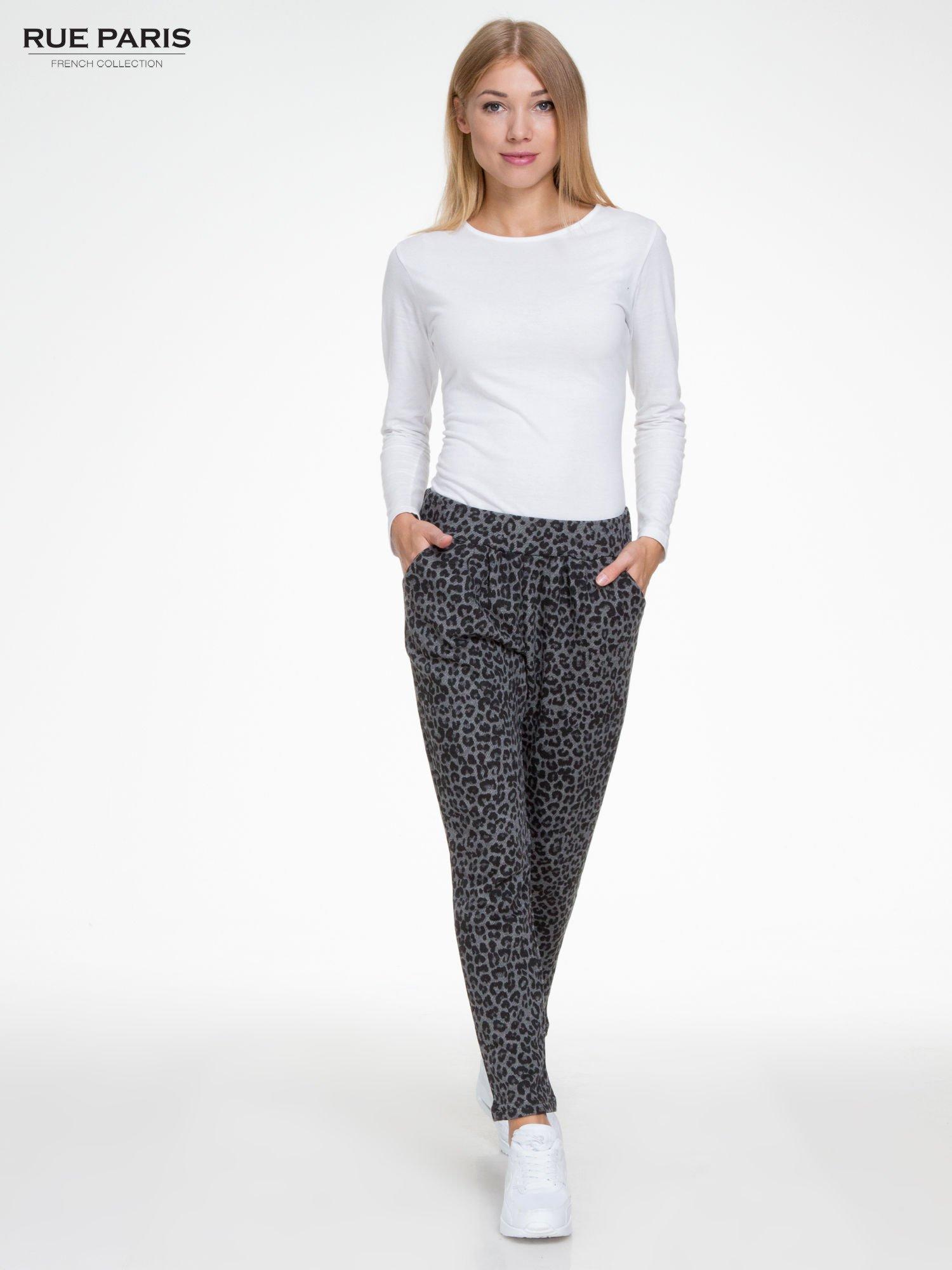 Szare panterkowe spodnie dresowe                                  zdj.                                  2