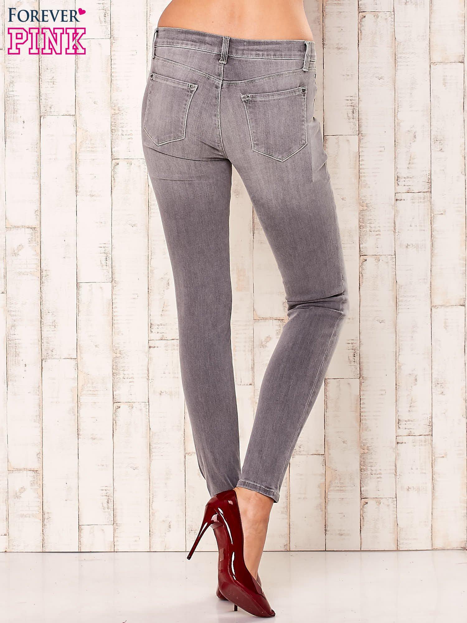 Szare przecierane spodnie regular                                  zdj.                                  3