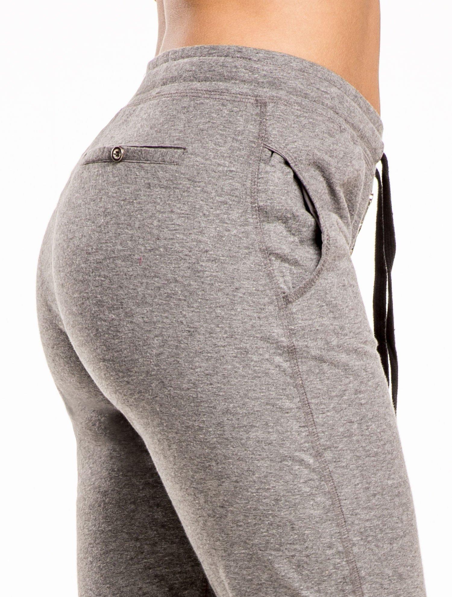 Szare spodnie dresowe wiązane w pasie z guziczkami                                  zdj.                                  6