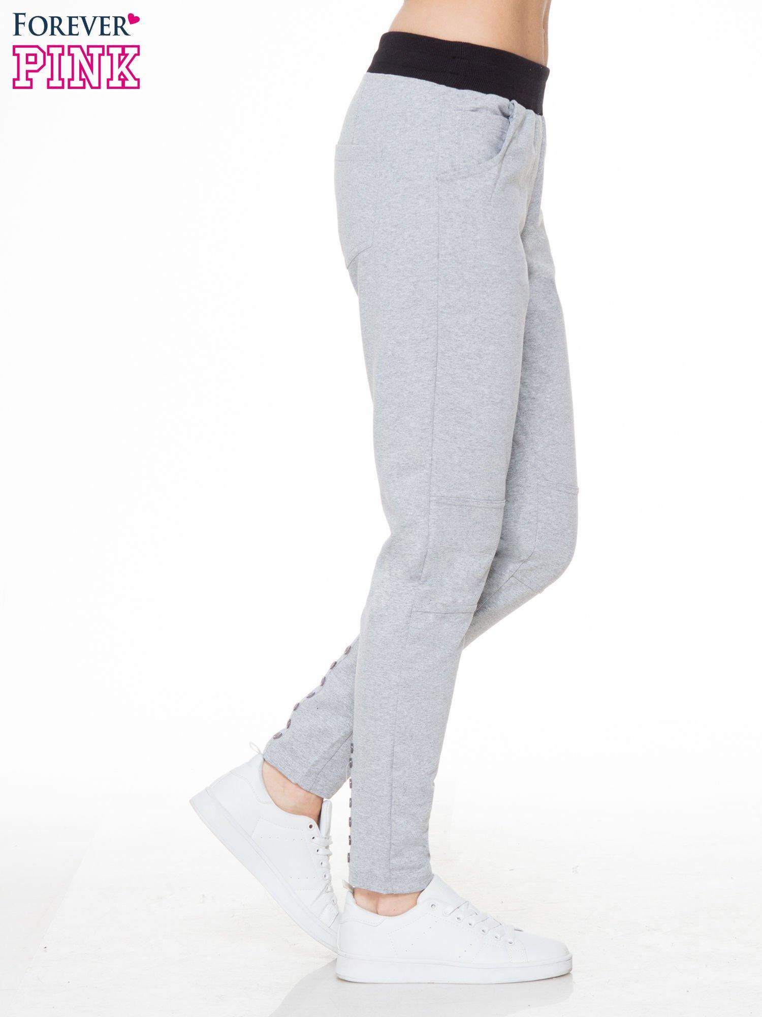Szare spodnie dresowe z guziczkami na nogawkach                                  zdj.                                  3