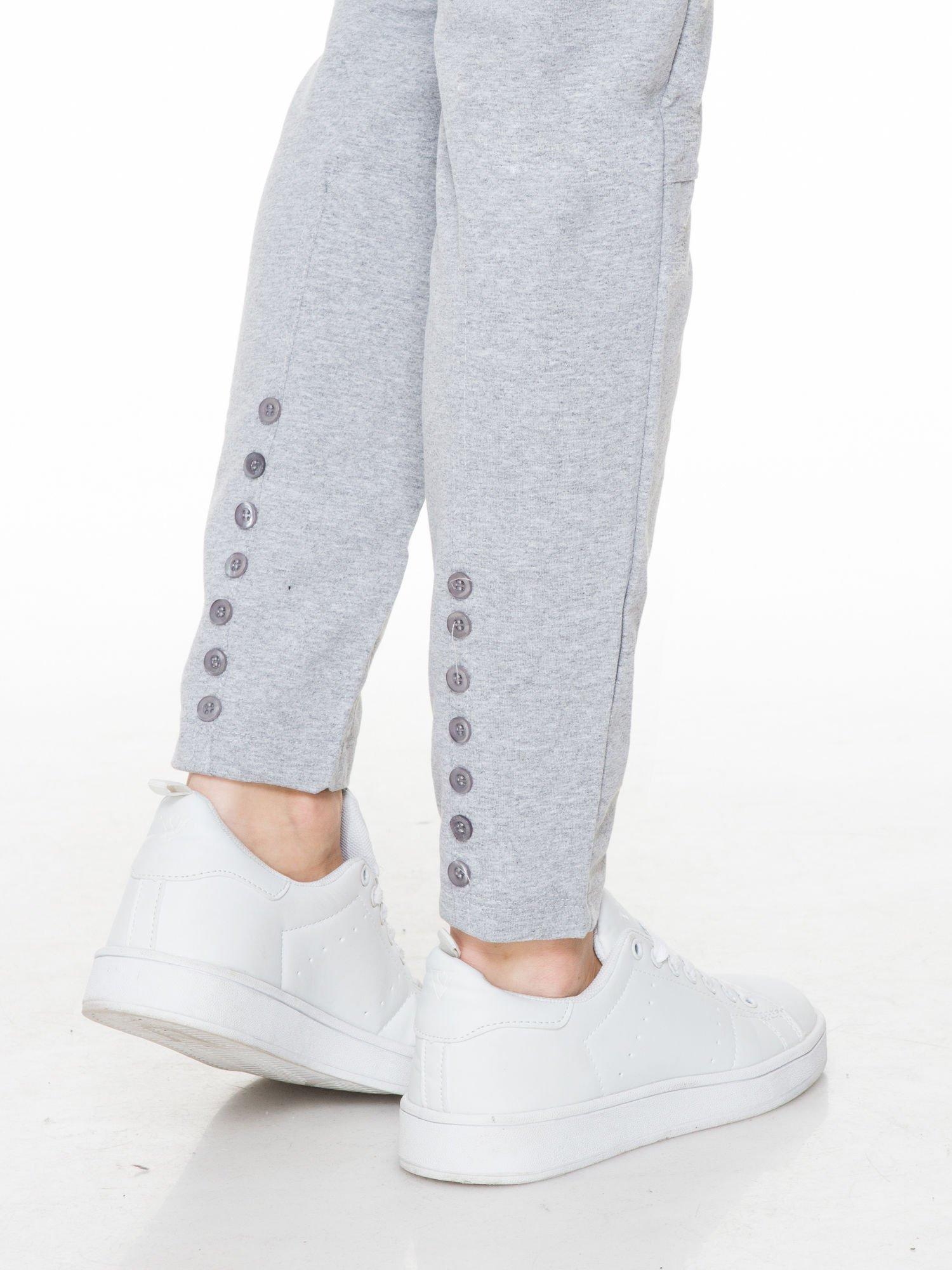 Szare spodnie dresowe z guziczkami na nogawkach                                  zdj.                                  5