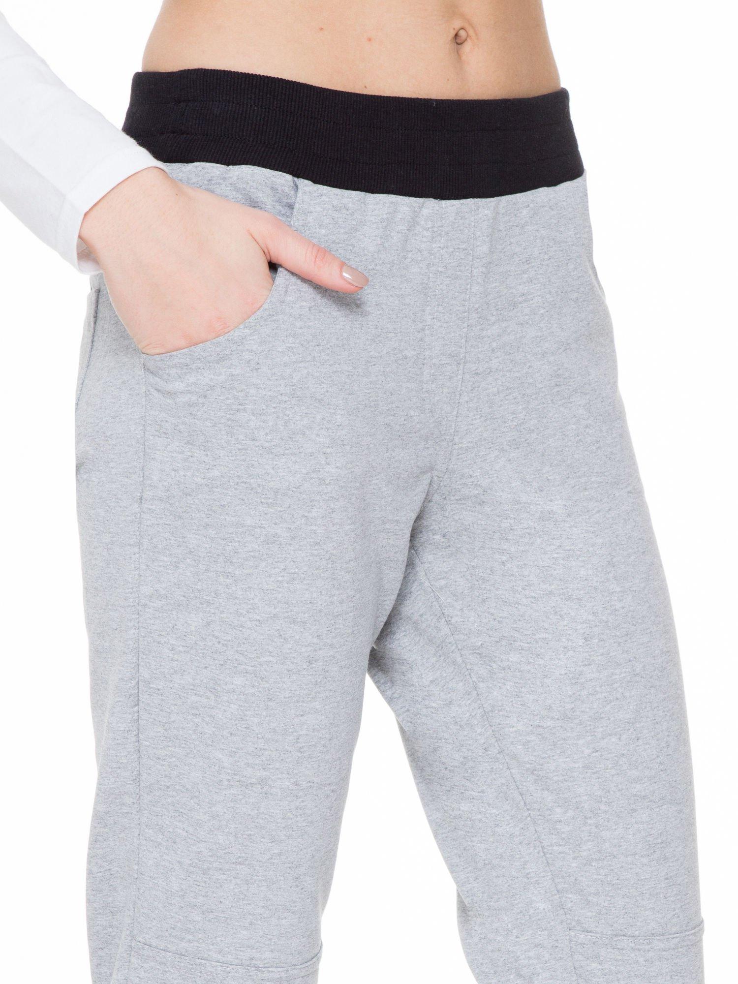 Szare spodnie dresowe z guziczkami na nogawkach                                  zdj.                                  6