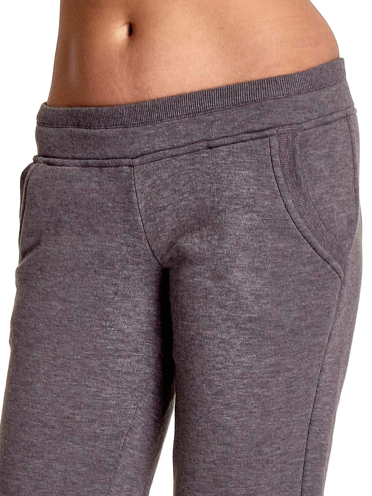 Szare spodnie dresowe z guziczkami przy ściągaczu                                  zdj.                                  5